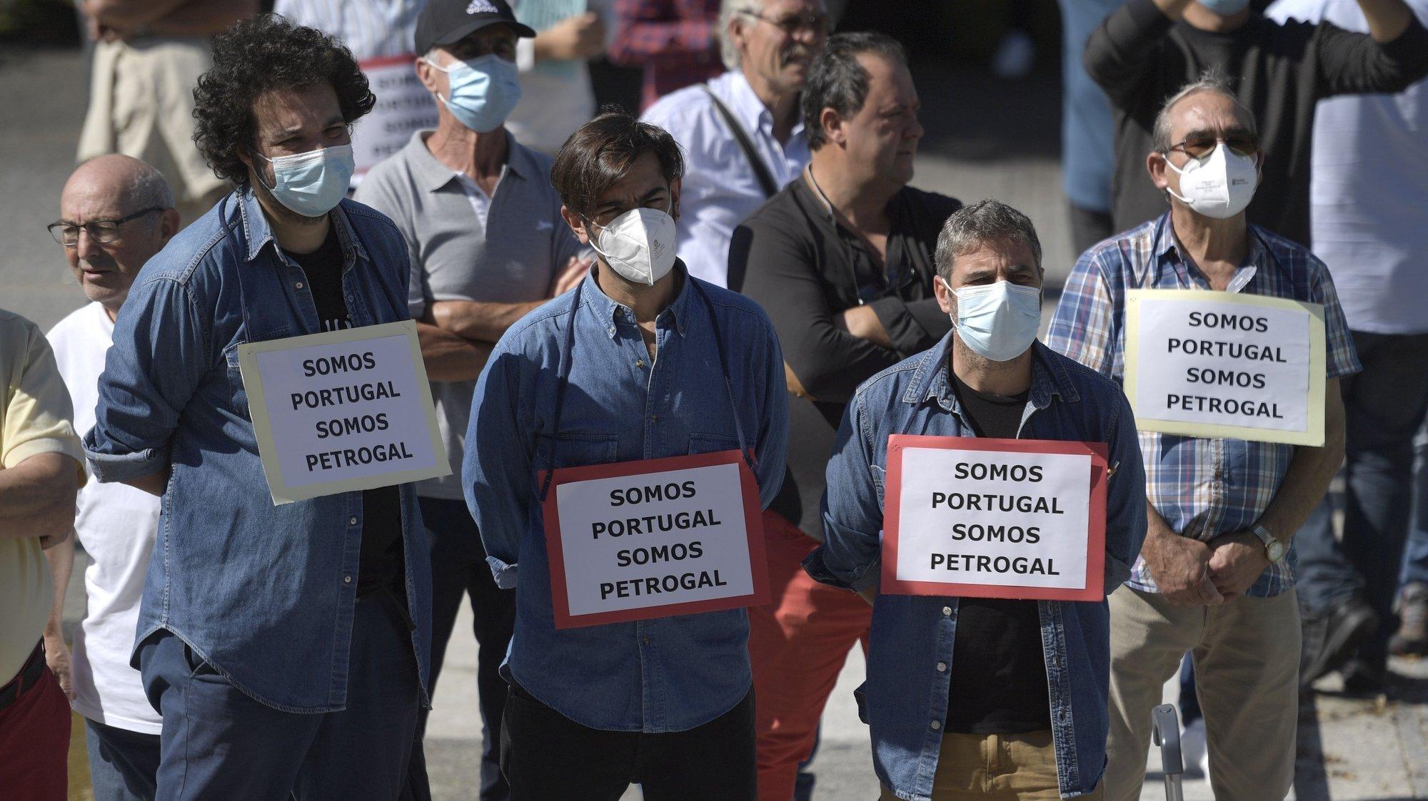 Trabalhadores e ex-trabalhadores da Refinaria da Petrogal de Matosinhos, concentraram-se frente à Câmara Municipal de Matosinhos, em protesto contra o encerramento das instalações fabris no concelho, numa iniciativa da CGTP-IN. Matosinhos, 24 de setembro de 2021. FERNANDO VELUDO/LUSA