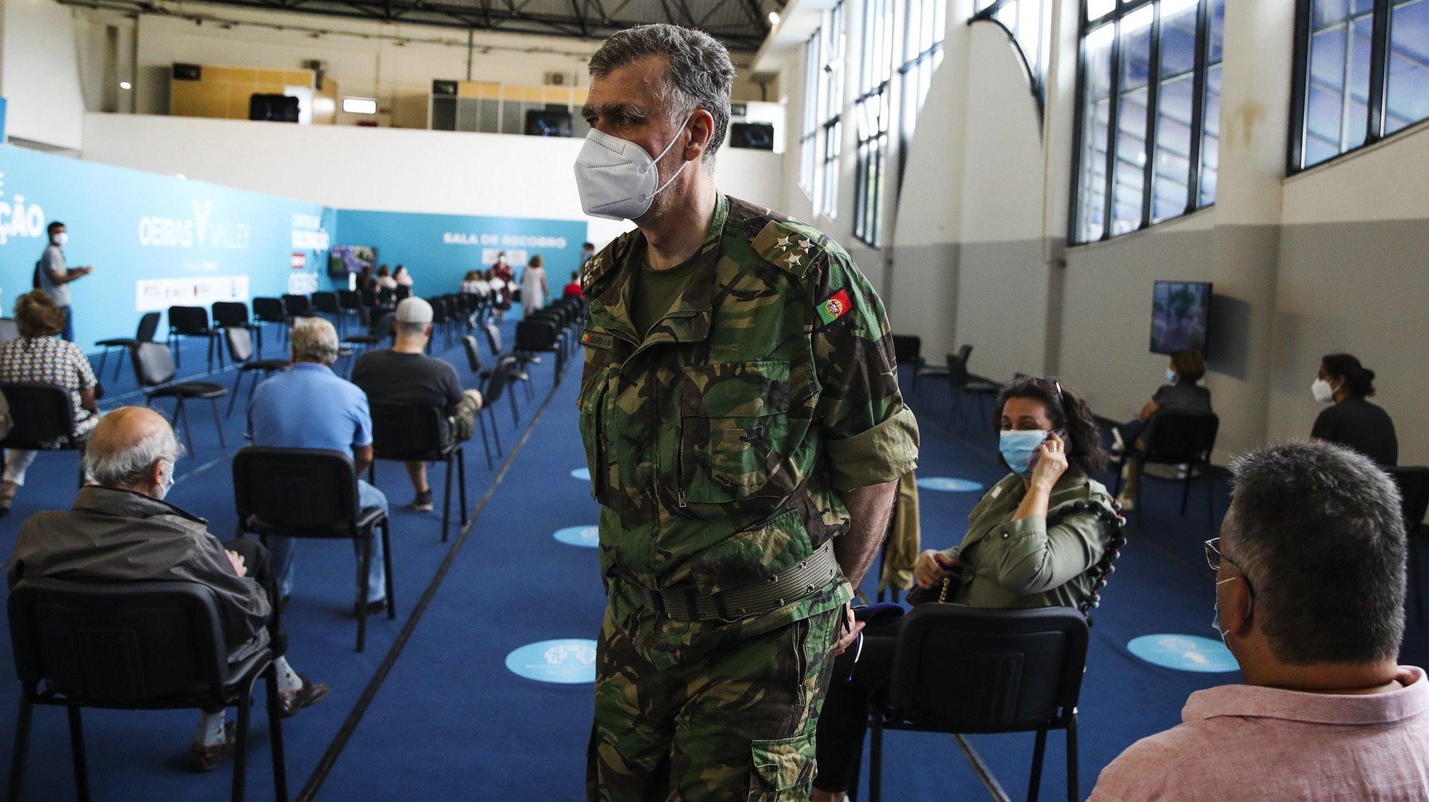 O coordenador da 'task force' vice-almirante Henrique Gouveia e Melo, durante a visita o centro de vacinação contra a covid-19 no Parque Desportivo Carlos Queiróz em Carnaxide, 5 de julho de 2021. MANUEL DE ALMEIDA/LUSA