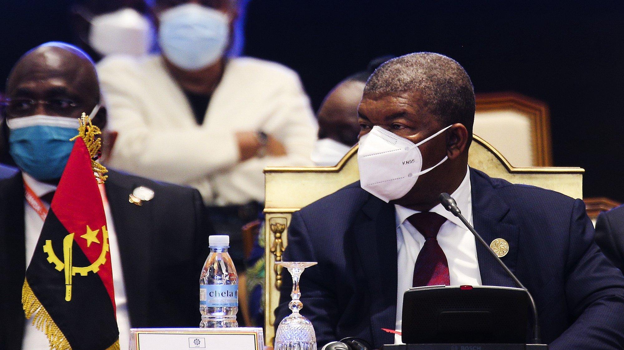 """O Presidente da República de Angola, João Lourenço (C), na sessão de abertura da XIII Conferência de Chefes de Estado e de Governo da Comunidade dos Países de Língua Portuguesa (CPLP), em Luanda, Angola, 17 de julho de 2021. Nesta cimeira, que decorre sob o tema """"Construir e Fortalecer um Futuro Comum e Sustentável"""", Angola assume a presidência rotativa da CPLP, até agora assegurada por Cabo Verde. AMPE ROGÉRIO/LUSA"""
