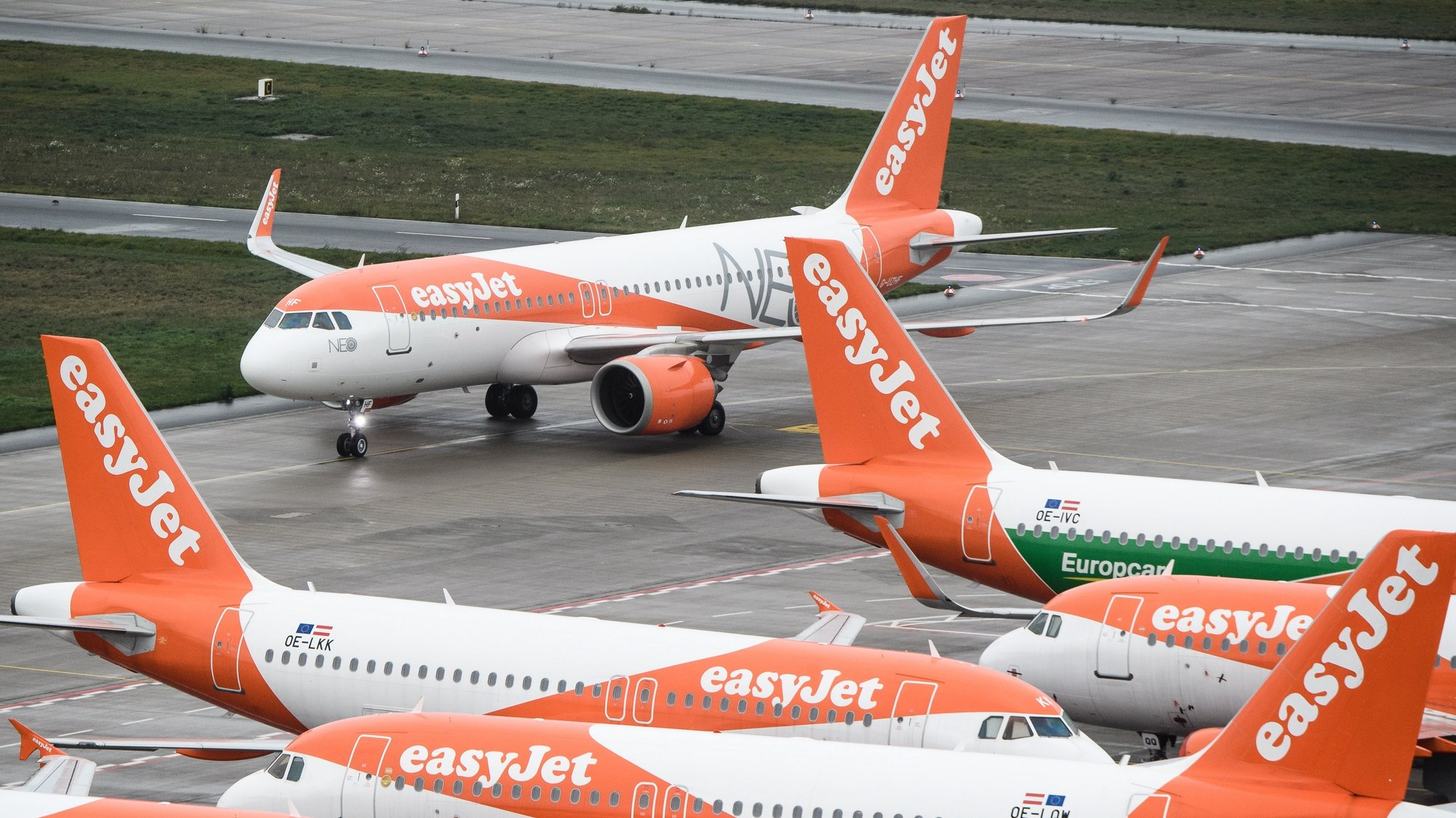 epa08825321 (FILE) - The first plane arriving, an EasyJet plane (back), taxiing on the tarmac during the opening of BER Berlin Brandenburg Airport in Schoenefeld, Germany, 31 October 2020 (reissued 17 November 2020). Easyjet will release their Financial Year 2020 results on 17 November 2020.  EPA/CLEMENS BILAN / POOL *** Local Caption *** 56465488
