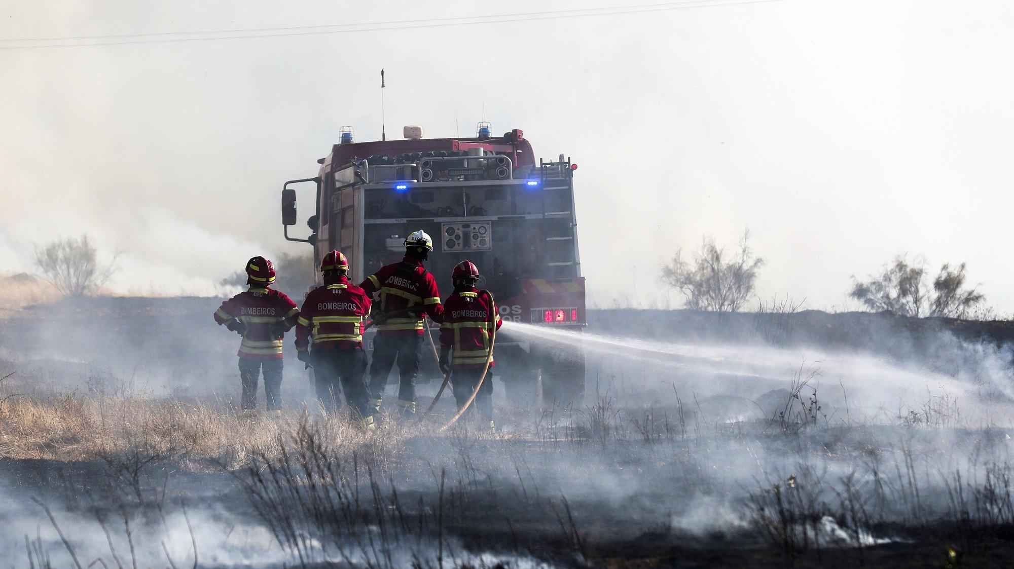 Elementos de várias corporações de bombeiros voluntários combatem um incêndio numa mata da freguesia de Vila Boim, Elvas, 28 de julho de 2021. Segundo a Autoridade Nacional de Emergência e Proteção Civil estão envolvidos no combate ao incêndio 155 bombeiros, 45 meios terrestres, e 5 meios aéreos. NUNO VEIGA/LUSA