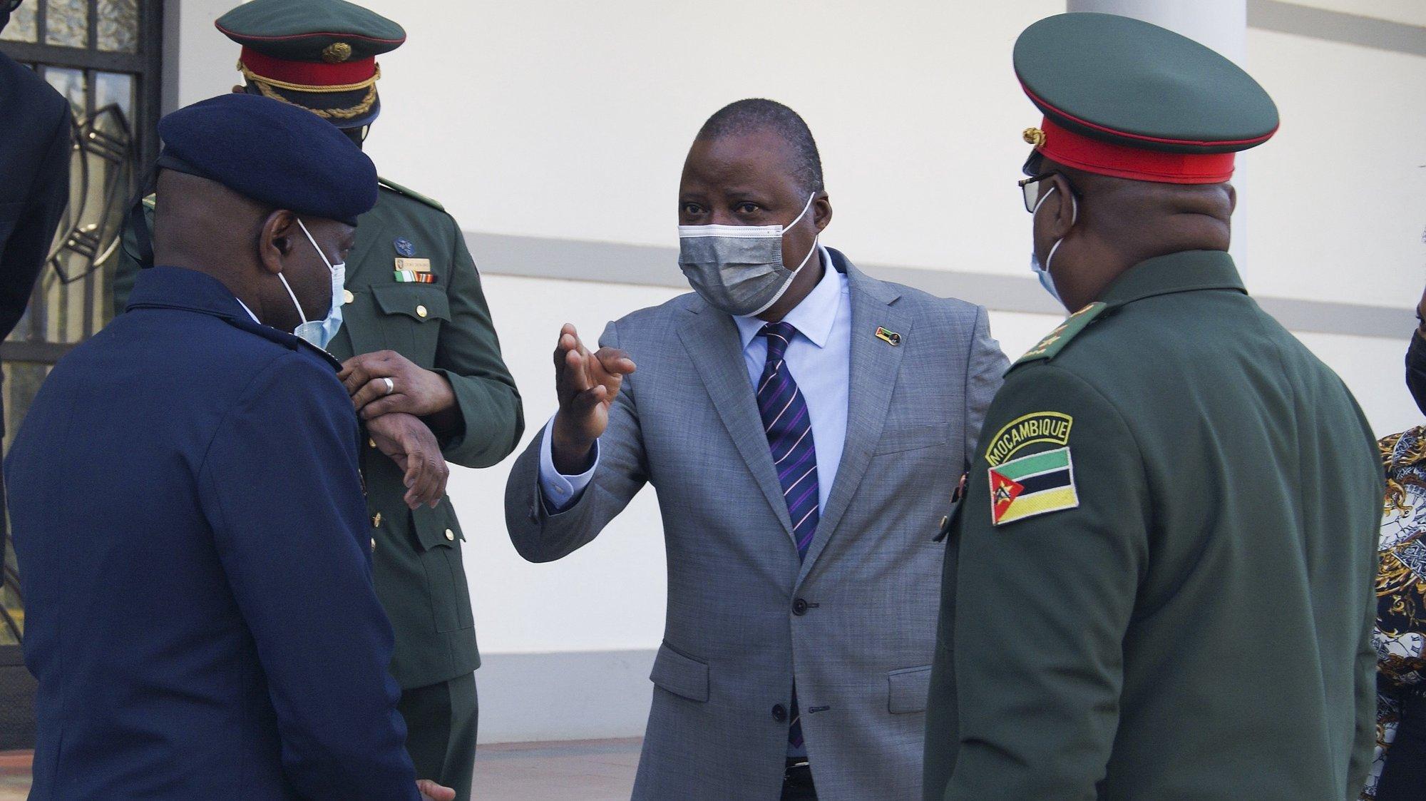 """O ministro da Defesa de Moçambique, Jaime Neto (C) durante a cerimónia de acreditação de adidos militares em Maputo, Moçambique, 30 de julho de 2021. O ministro da Defesa de Moçambique disse hoje que os terroristas estão a ser abatidos e se encontram """"numa situação muito dramática"""", em resultado de """"operações intensas"""" que decorrem em Cabo Delgado, apoiadas por forças ruandesas. LUÍSA NHANTUMBO / LUSA"""