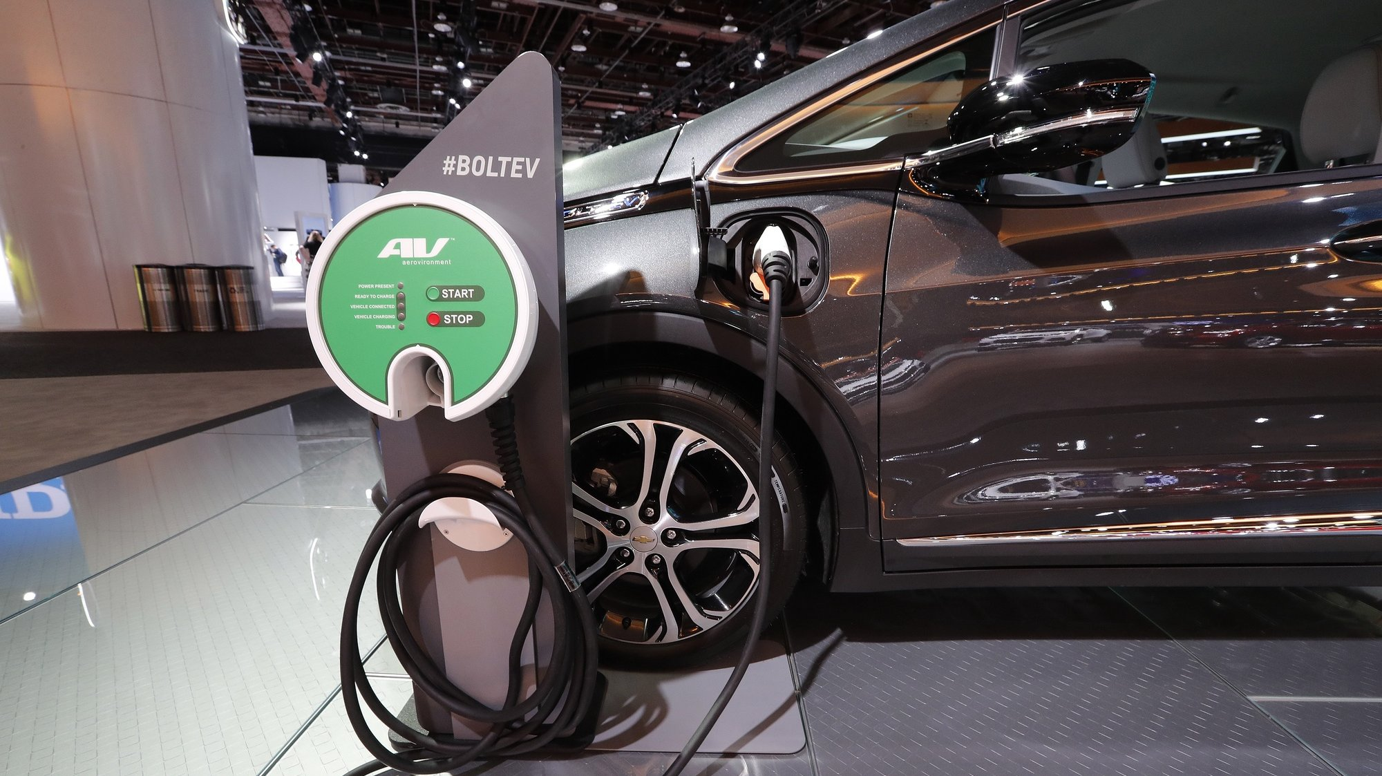 epa07287103 A Chevrolet Bolt EV electric car and electric fuel station at the North American International Auto Show at Cobo Center in Detroit, Michigan, USA, 15 January 2019. The show offers media previews of vehicles and technologies before opening to the public on 19 January.  EPA/JOHN G. MABANGLO