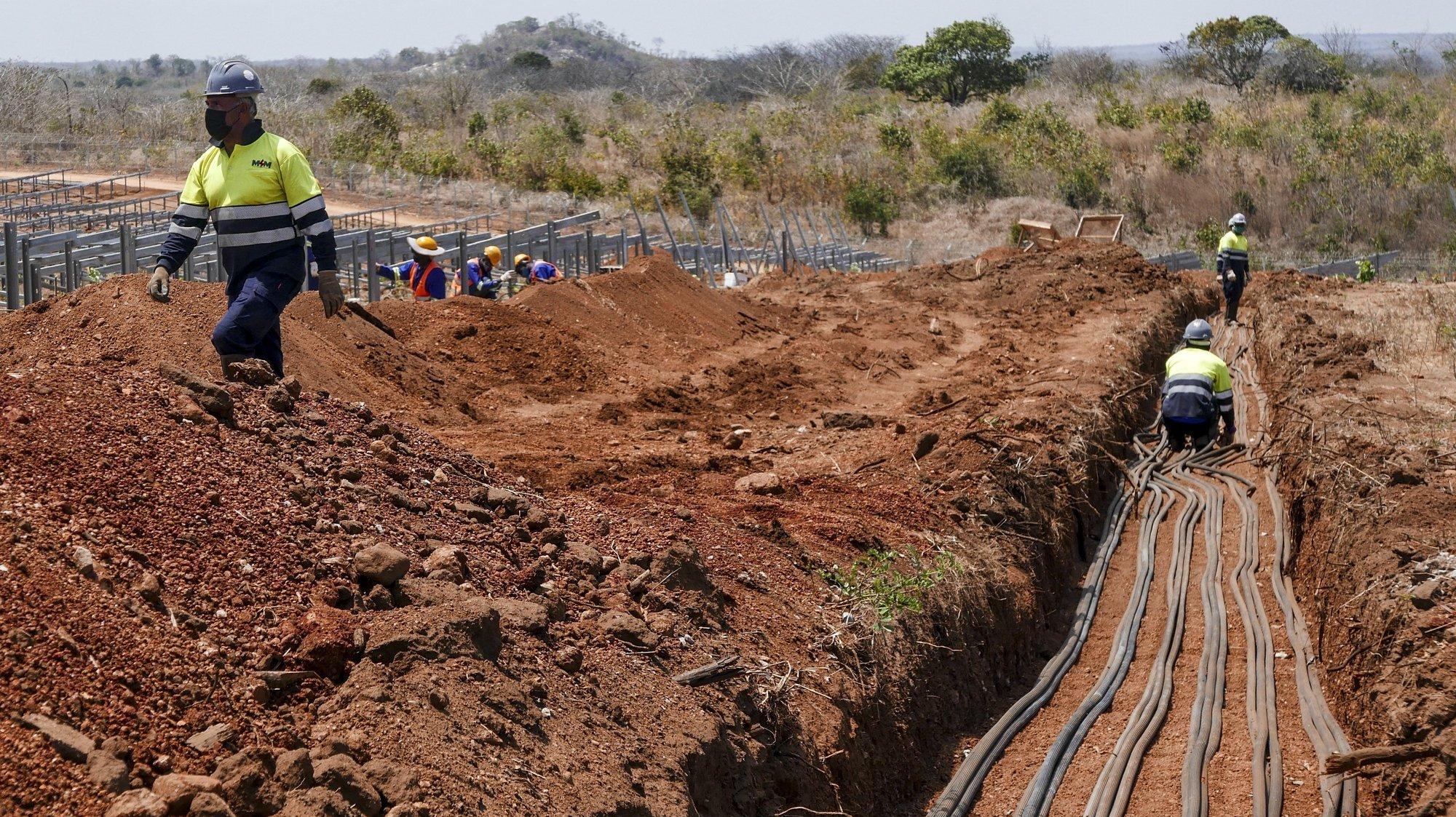 Equipas instalam os 125.000 painéis da maior central elétrica solar de Moçambique, em construção em Metoro, Cabo Delgado, norte do país, 10 de setembro de 2021. A central deverá entrar em produção em janeiro de 2022. (ACOMPANHA TEXTO DE 11/09/2021) LUIS MIGUEL FONSECA/LUSA