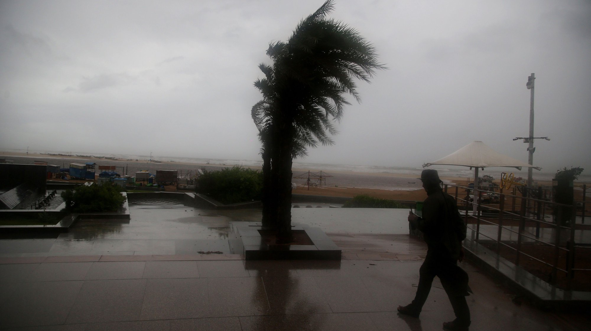epa08841078 A general view showing heavy wind  in Chennai, India, 25 November 2020. Cyclone Nivar to make landfall in Tamil Nadu and in Puducherry on 25 November and 1,200 National Disaster Response Force (NDRF) personnel are on alert for any rescue work as India Meteorological Department also predicted heavy to very heavy rain in the affected area.  EPA/BABU