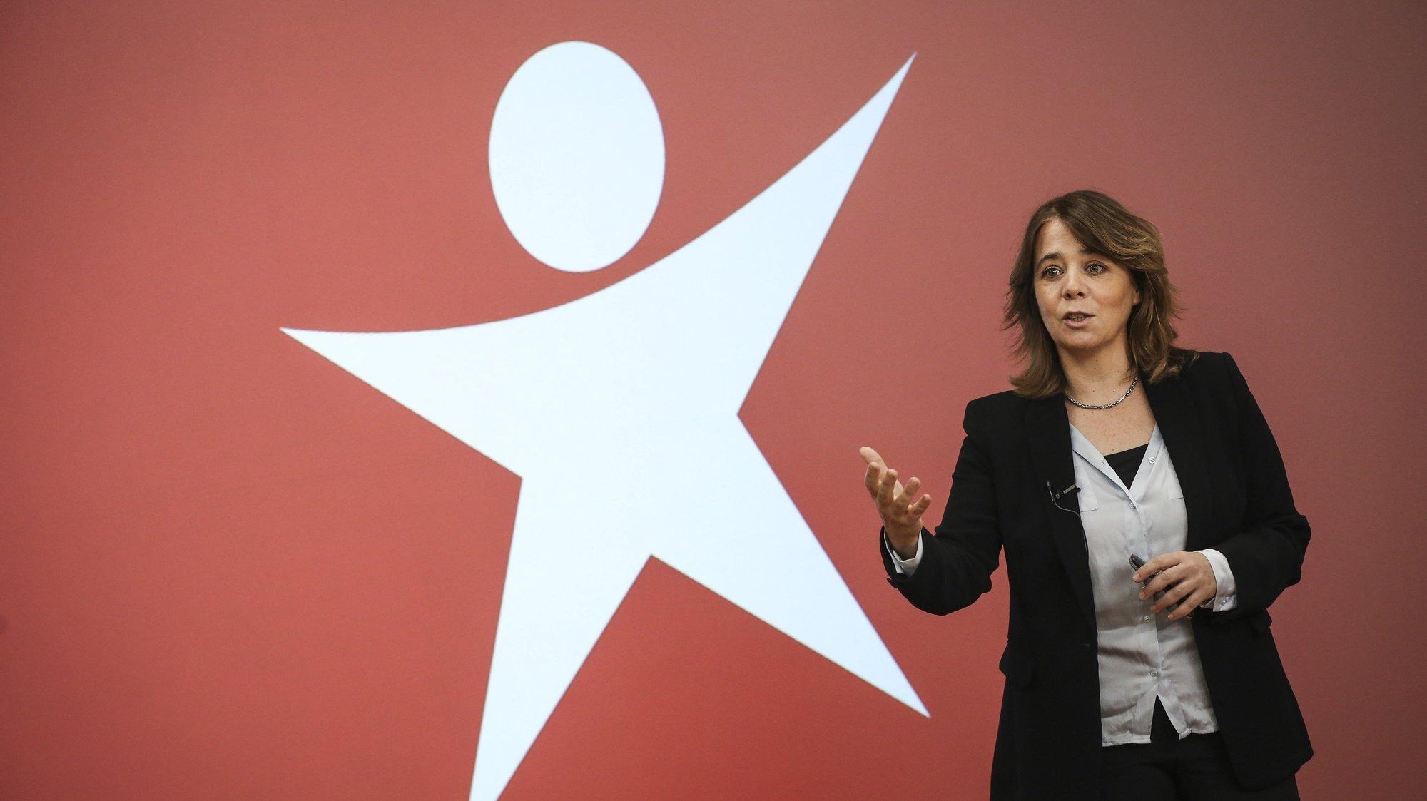A coordenadora do Bloco de Esquerda (BE), Catarina Martins, discursa durante uma conferência de imprensa para apresentar um conjunto de medidas para proteger quem está em teletrabalho, na sede do partido, em Lisboa, 13 de março de 2021.  RODRIGO ANTUNES/LUSA