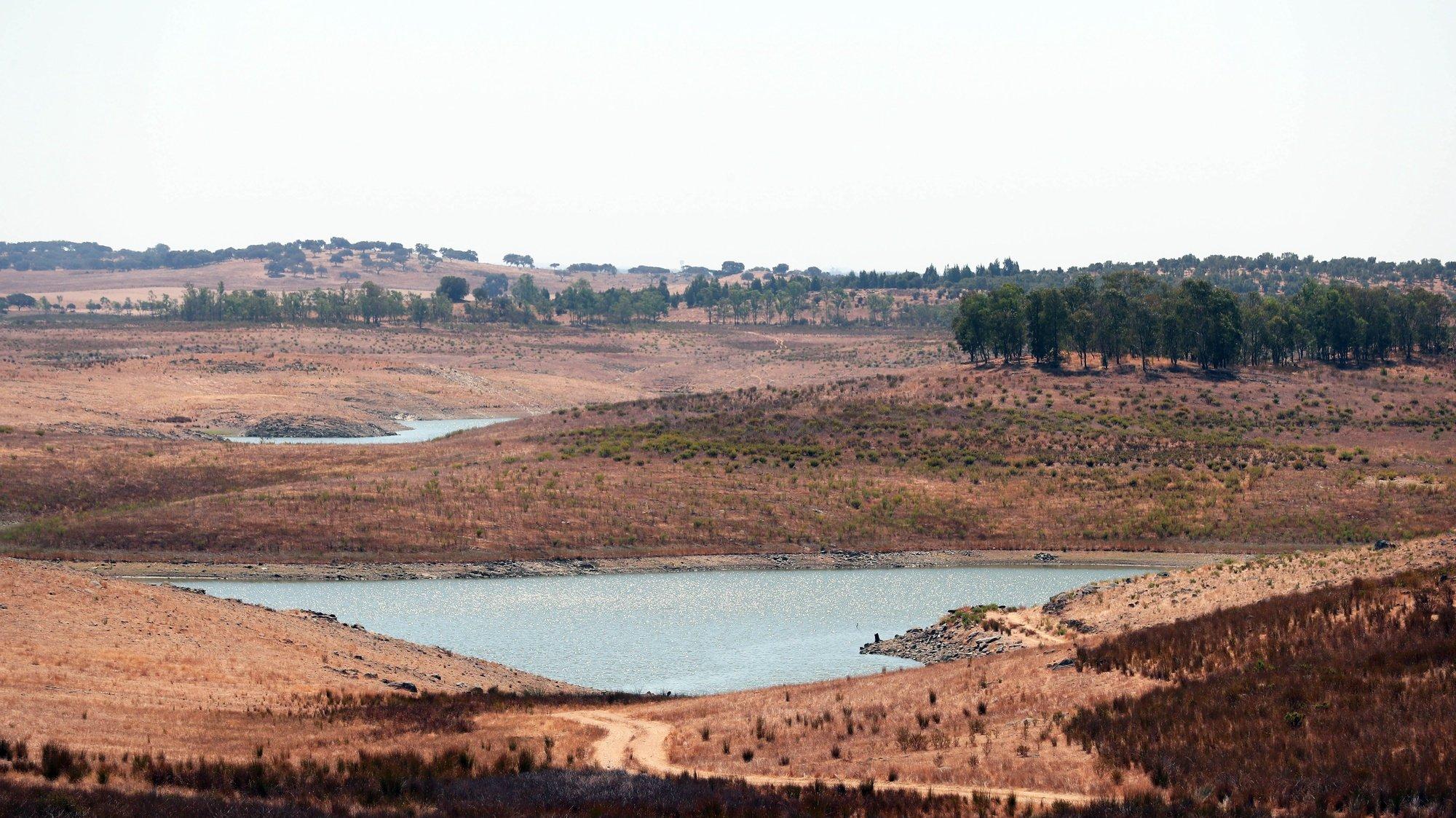 Albufeira da Barragem do Monte da Rocha, que armazena atualmente cerca de 9% da sua capacidade total, Ourique, 8 de setembro de 2020. Os agricultores desta região confessam-se desanimados com a situação de seca que se arrasta. A campanha de rega deste ano a partir da albufeira do Monte da Rocha foi cancelada devido à seca, o que afetou três mil hectares, segundo a Associação de Regantes e Beneficiários de Campilhas e Alto Sado (ARBCAS). (ACOMPANHA TEXTO DE 10/09/2020) NUNO VEIGA/LUSA