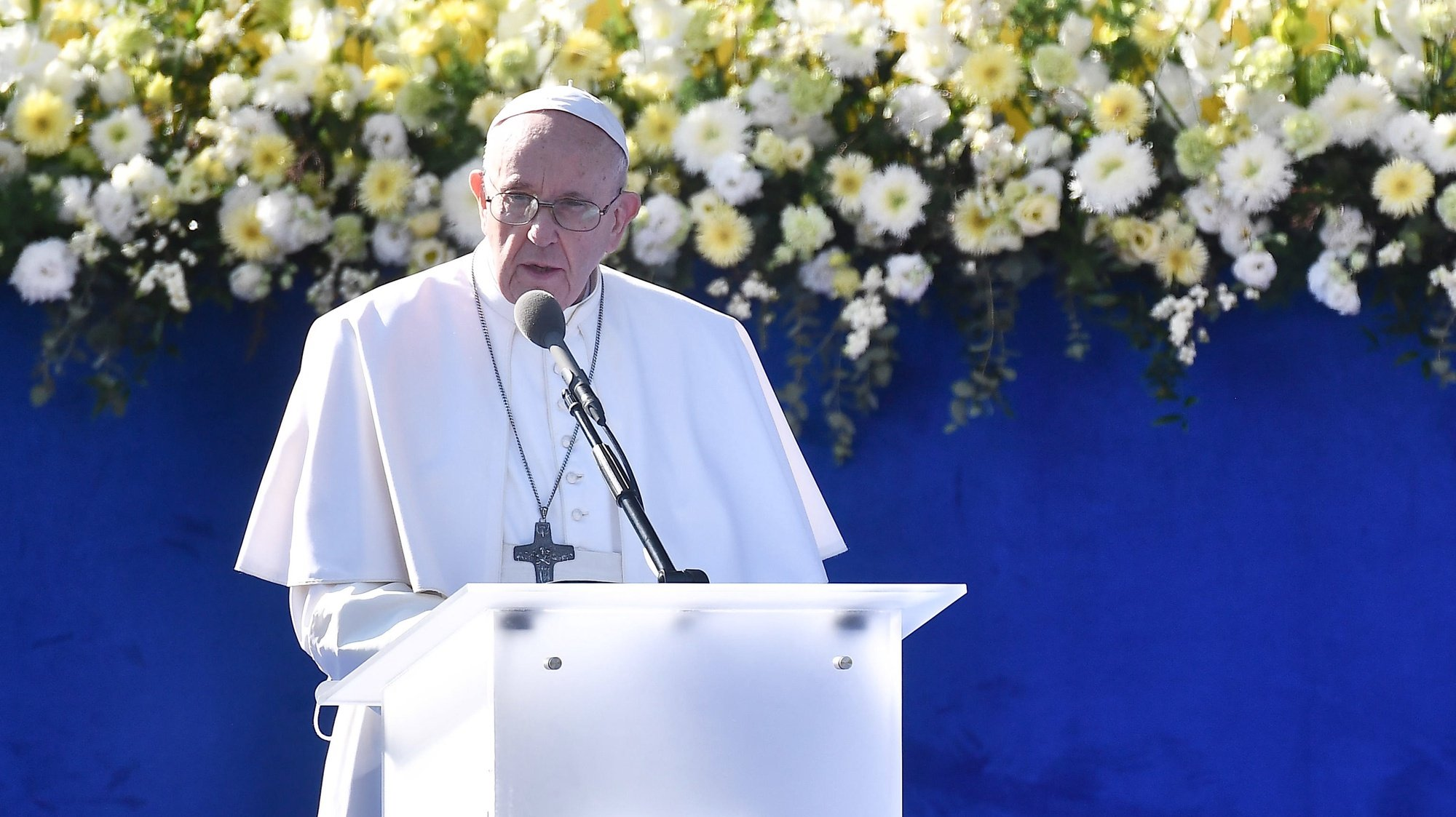 epa09465325 Pope Francis delivers a speech during a meeting with authorities, civil society and the diplomatic corps at the garden of the Presidential Palace in Bratislava, Slovakia, 13 September 2021.  EPA/LUCA ZENNARO