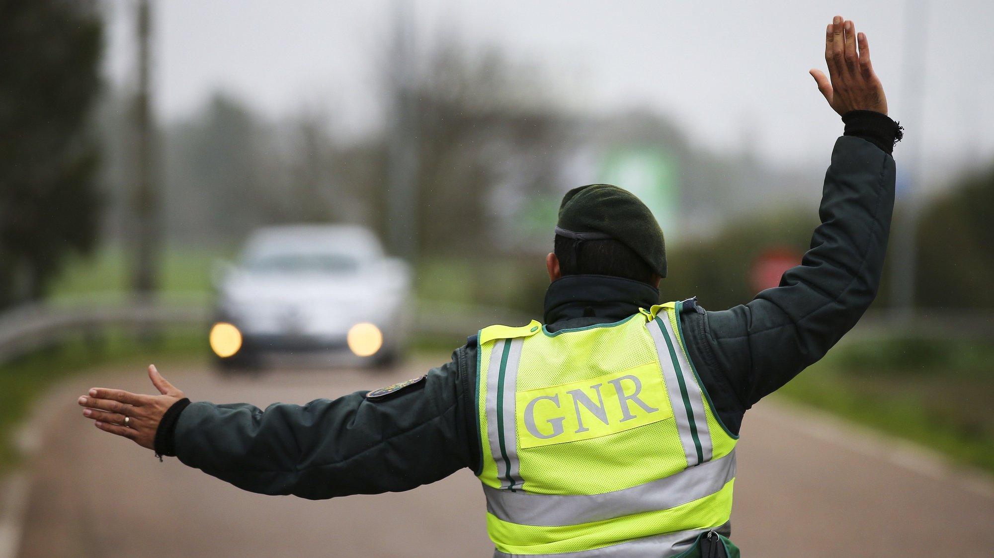 Um agente da GNR manda parar um veículo durante uma operação de controlo na entrada em Portugal pela fronteira do Caia (Elvas). As fronteiras foram repostas desde as 00:00 de domingo, dia 31 de Janeiro, no âmbito das medidas para conter a propagação da covid-19 no território português. Elvas, 31 de janeiro de 2021. NUNO VEIGA/LUSA