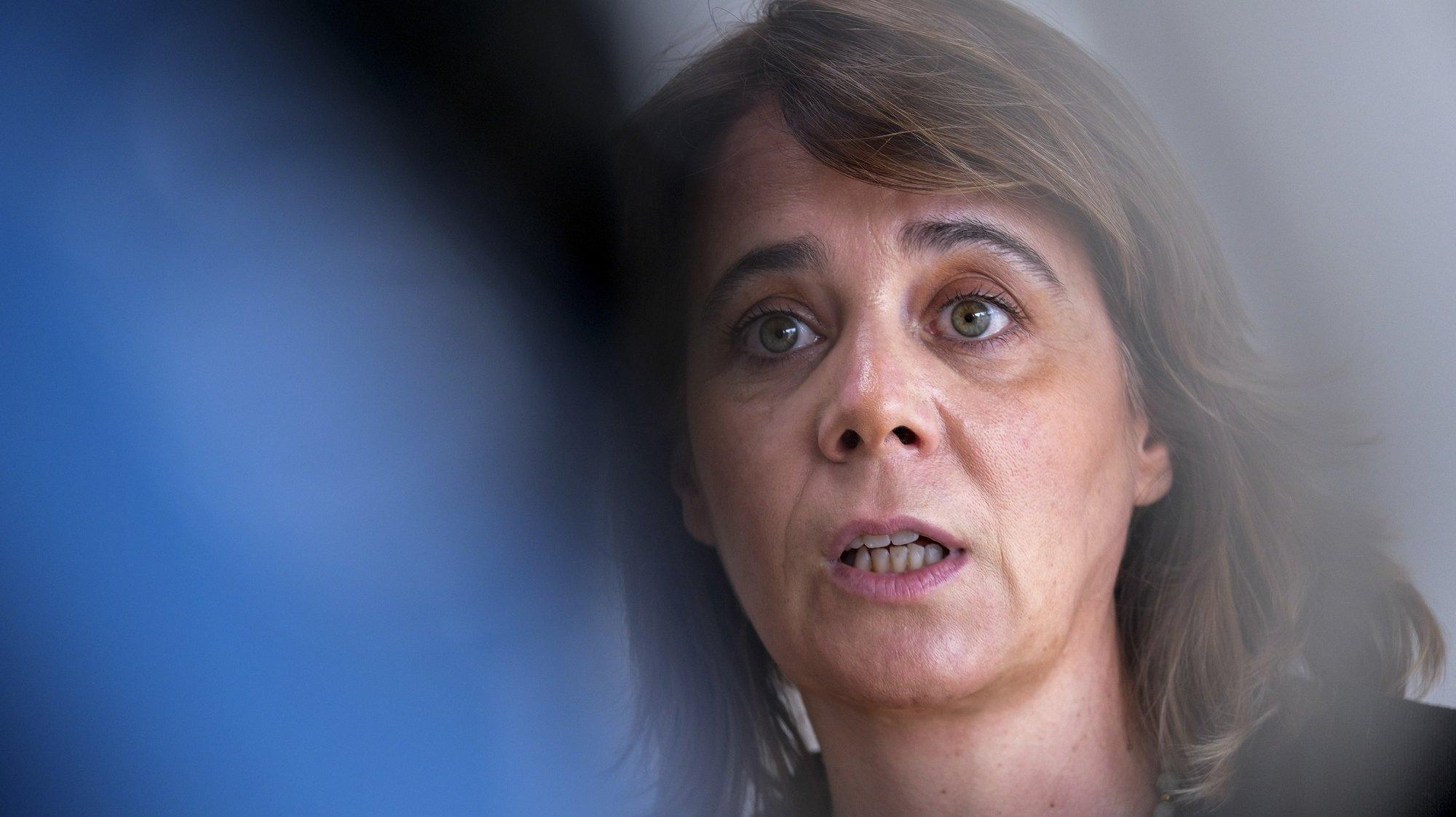 A coordenadora do Bloco de Esquerda (BE), Catarina Martins, fala com os jornalistas durante uma visita às instalações da Escola Superior de Educação de Setúbal (ESE), no Instituto Politécnico de Setúbal (IPS), 06 de julho de 2021. RUI MINDERICO/LUSA