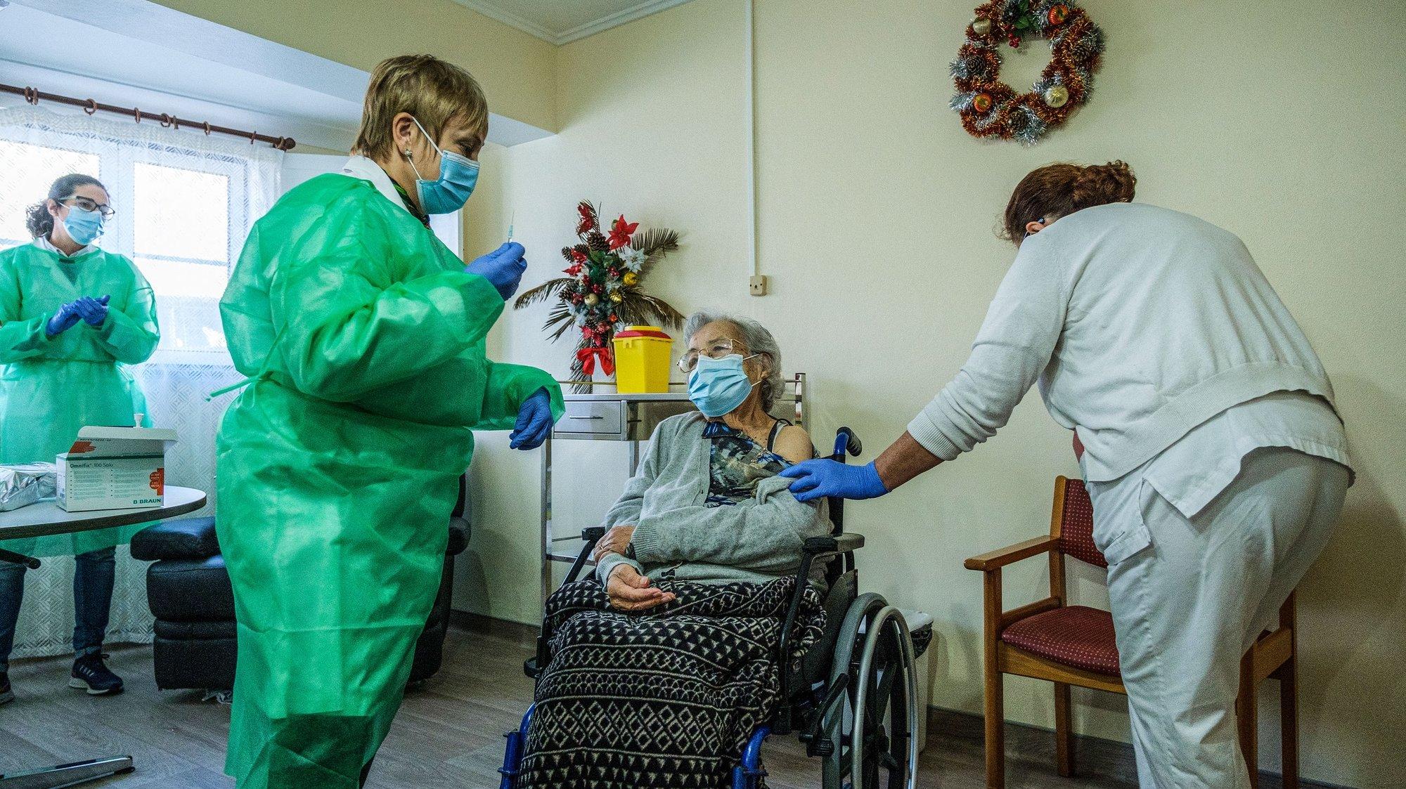 Ilda da Conceição com 98 anos foi a primeira utente da ilha terceira, do Centro Social de Idosos São Francisco Xavier no Raminho, a ser vacinada contra a Covid-19, Concelho de Angra do Heroísmo, Ilha Terceira, Açores, 31 de dezembro de 2020. ANTÓNIO ARAÚJO/LUSA