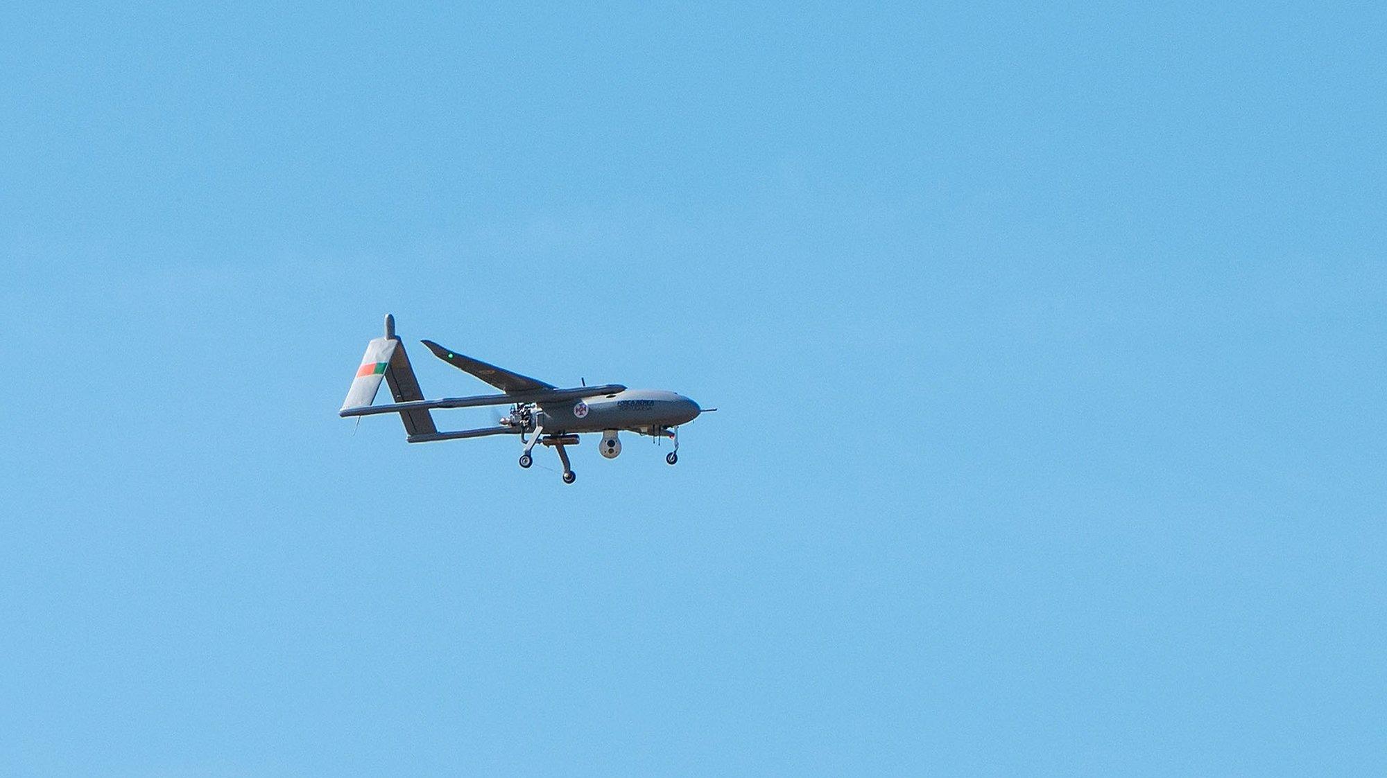 Uma aeronave não tripulada (UAV), durante a visita ao destacamento de Sistemas Aéreos não Tripulados da Força Aérea Portuguesa, sediado no Aeródromo da Lousã, do ministro da Defesa Nacional, João Gomes Cravinho, o ministro do Ambiente e da Ação Climática, João Pedro Matos Fernandes (ausentes da foto), para assistir a um brífingue sobre a operação e à demonstração de sobrevoo de uma das doze aeronaves não tripuladas (UAV's), cuja aquisição respondeu à necessidade de vigilância aérea adicional no âmbito do Dispositivo Especial de Combate a Incêndios Rurais (DECIR), na Lousã, 04 de agosto de 2020. SÉRGIO AZENHA/LUSA