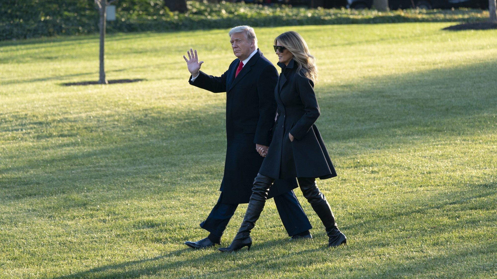 epa08901875 US President Donald J. Trump and First lady Melania Trump (R) depart the White House, in Washington, DC, USA, 23 December 2020, headed out to Mar-a-Lago in Palm Beach, Florida.  EPA/Chris Kleponis / POOL