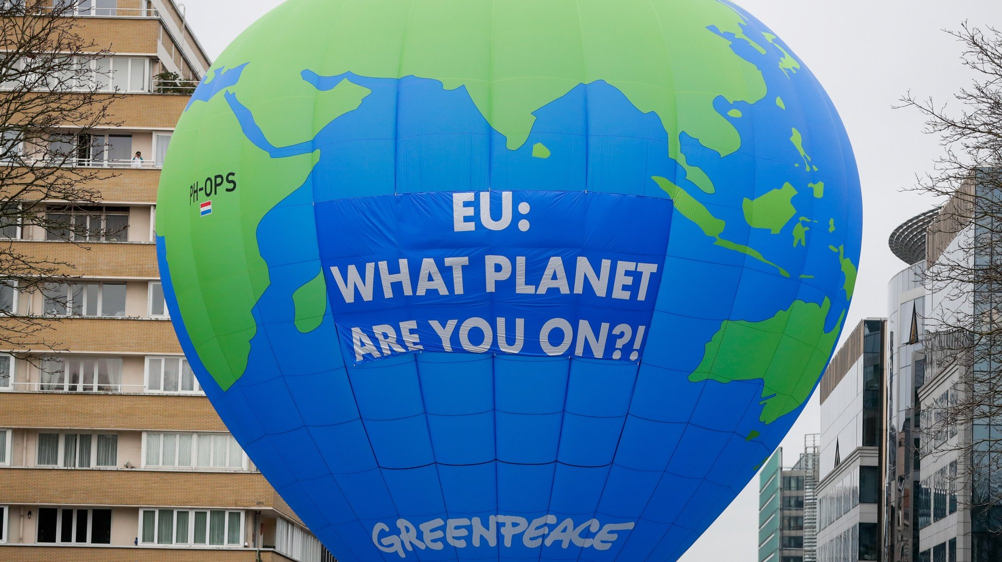 epa08873835 Environmental activists display a hot air balloon depicting the earth ahead of an EU leaders' summit in Brussels, Belgium, 10 December 2020. European Union leader are expected to discuss a deal to reduce greenhouse gas emissions by at least 55 per cent by 2030 during their summit in Brussels after they failed to agree on this target in October meeting.  EPA/STEPHANIE LECOCQ