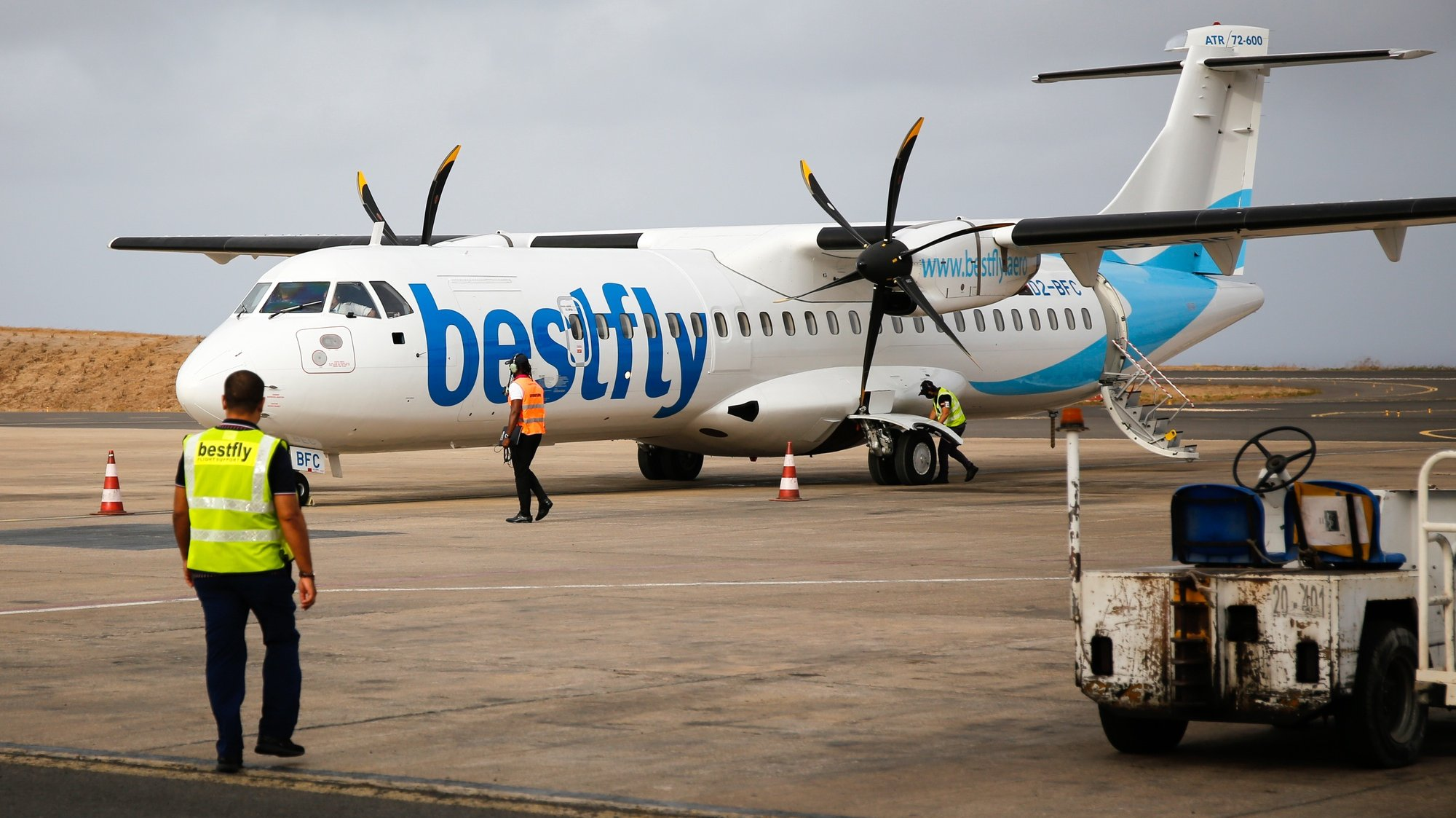 """Avião da BestFly Angola, companhia que passa a assumir a concessão do serviço público de transporte aéreo interilhas em Cabo Verde por seis meses, Cidade da Praia, Cabo Verde, 17 de maio de 2021. À Lusa, o diretor-executivo do grupo angolano, Nuno Pereira, garantiu que a operação que arrancou hoje, e que nesta primeira semana prevê 30 voos, entre todas as ilhas de Cabo Verde, foi montada em apenas 15 dias e que apesar das dificuldades do setor, com forte quebra na procura no último ano, devido à ausência de turismo, o estudo de mercado realizado sugere que continua a ser """"um negócio bastante apelativo"""". (ACOMPANHA TEXTO) FERNANDO DE PINA/LUSA"""