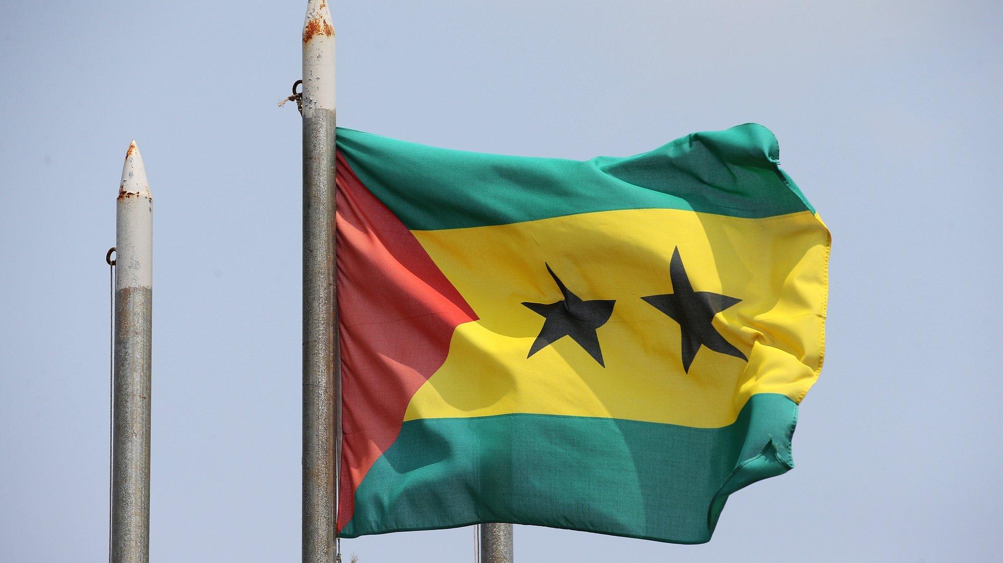 Uma bandeira da República Popular de São Tomé e Príncipe, no edifício junto à sede da Comissão Eleitoral Nacional, enquanto decorre no país a campanha eleitoral para as Presidenciais 2021, que se realizam no próximo dia 18 de julho, na ilha de São Tomé, em São Tomé e Príncipe, 13 de julho de 2021. NUNO VEIGA/LUSA