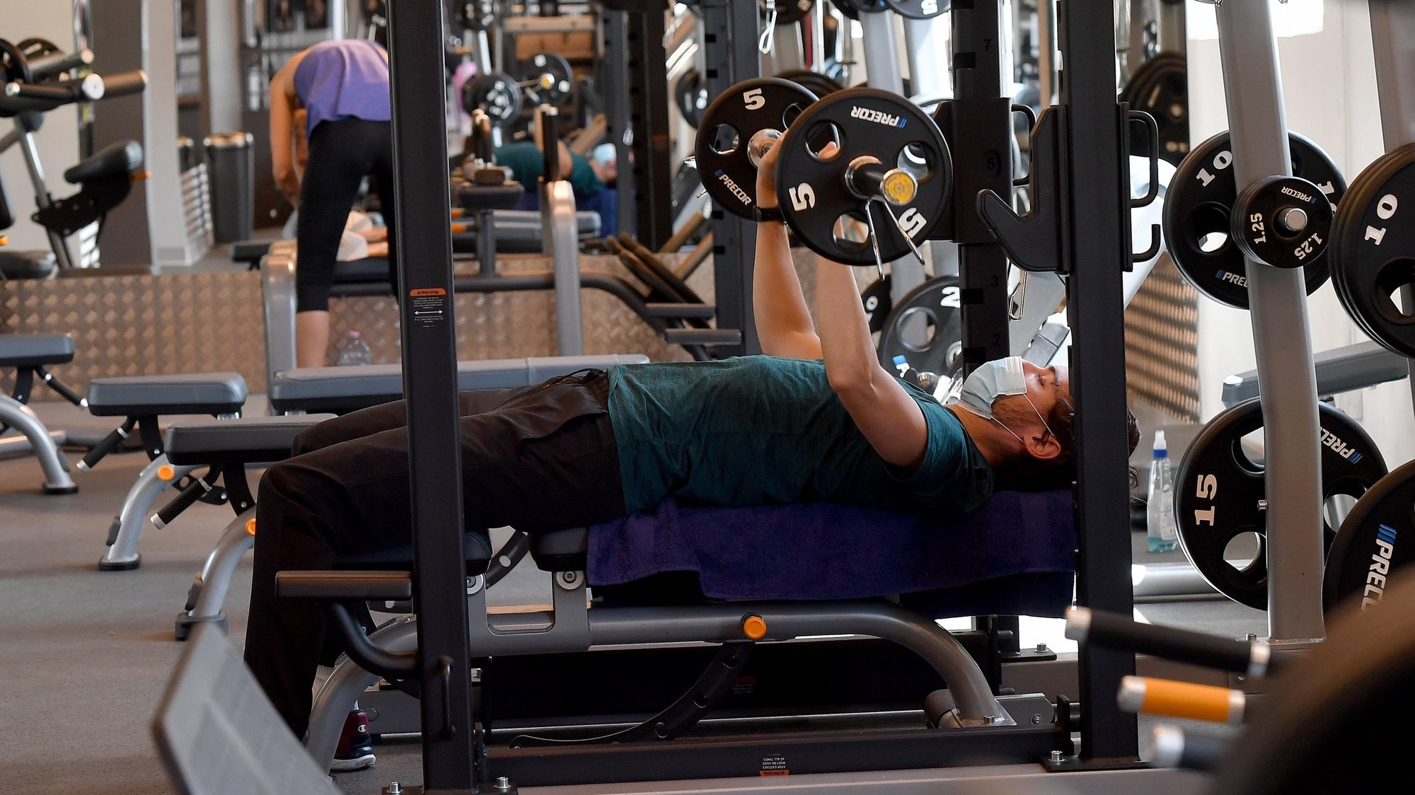 epa08443370 People work out at the Anytime Fitness Gym in Rome, Italy, 25 May 2020. Gyms and swimming pools reopen in Italy during phase two of the coronavirus emergency.  EPA/ETTORE FERRARI