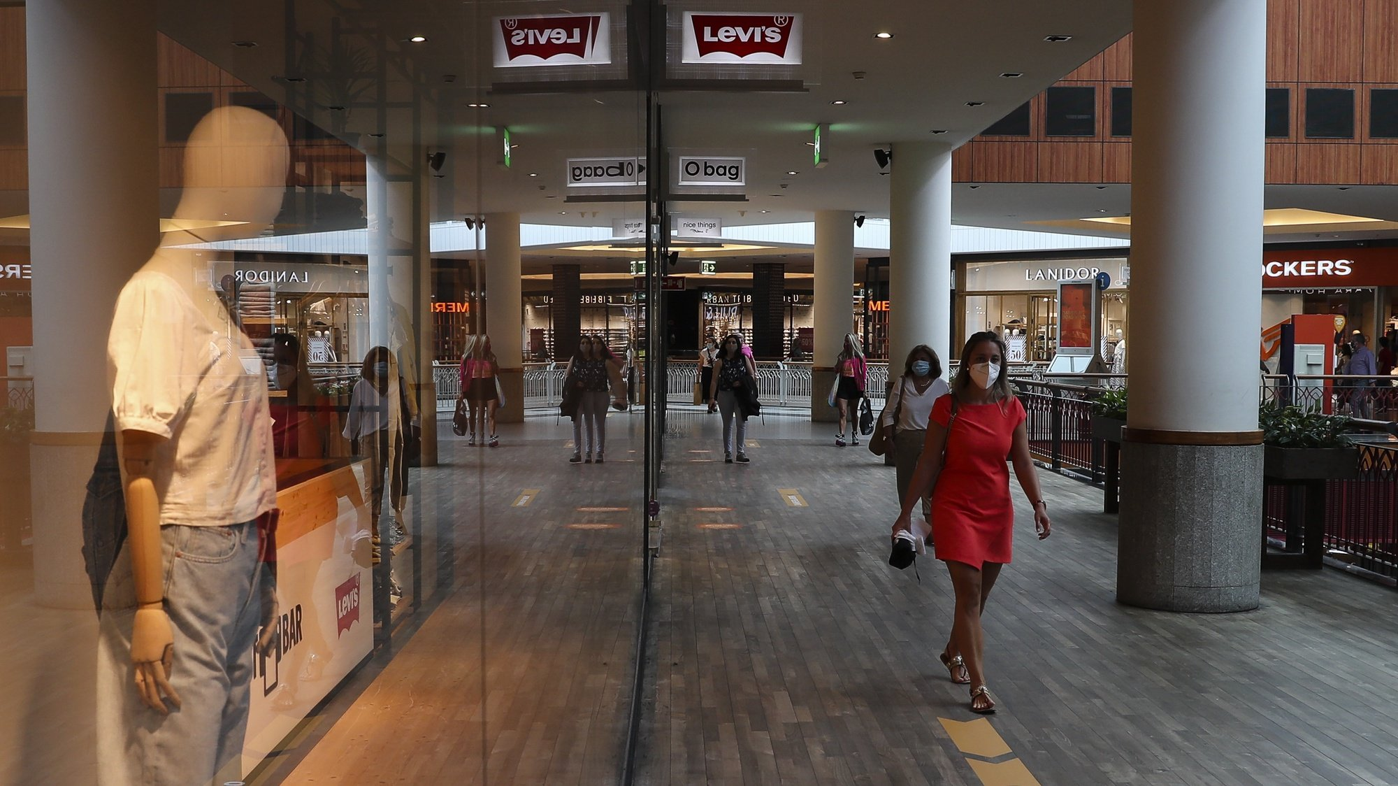 Pessoas circulam no centro comercial Norteshopping no dia da sua reabertura ao público, Matosinhos, 1 de junho de 2020. Começa esta segunda-feira a terceira fase do desconfinamento determinado pelo Governo, processo que começou a 1 de maio. Para além dos ginásios, do ensino pré-escolar, cinemas e teatros, reabrem também os centros comerciais em todos o país, excepto na Área Metropolitana de Lisboa. JOSÉ COELHO/LUSA