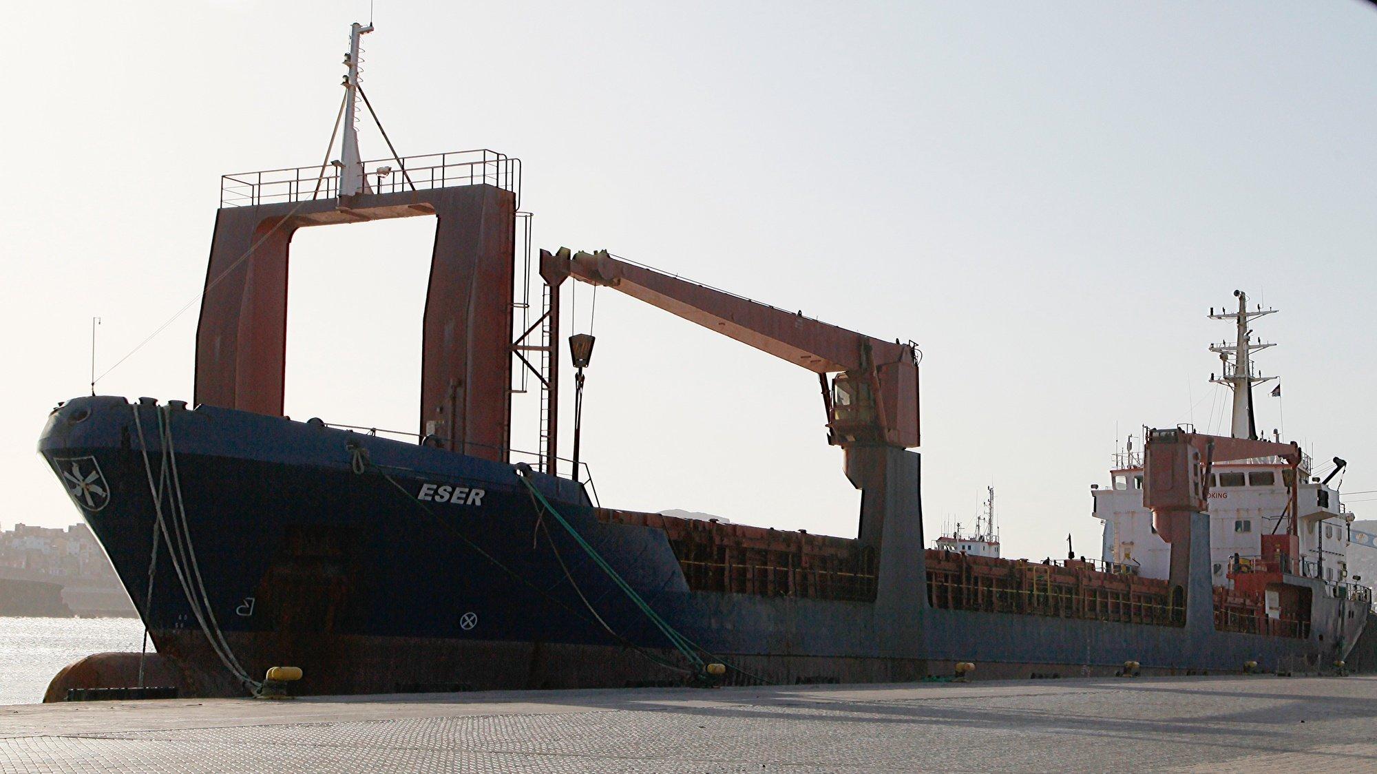 """Navio cargueiro ESER de bandeira do Panamá no porto da Cidade da Praia, Cabo Verde, 22 de outubro de 2019. De acordo com um comunicado divulgado pela Procuradoria-Geral da República (PGR) de Cabo Verde, em causa está a operação """"ESER"""", que em 31 de janeiro conduziu à maior apreensão de droga no país, detetada num navio cargueiro de bandeira do Panamá (de nome """"ESER"""") que atracou no porto da Praia transportando 9.570 quilogramas de cocaína de """"elevado grau de pureza"""", incinerada pelas autoridades dias depois. PAULO JULIÃO/LUSA"""
