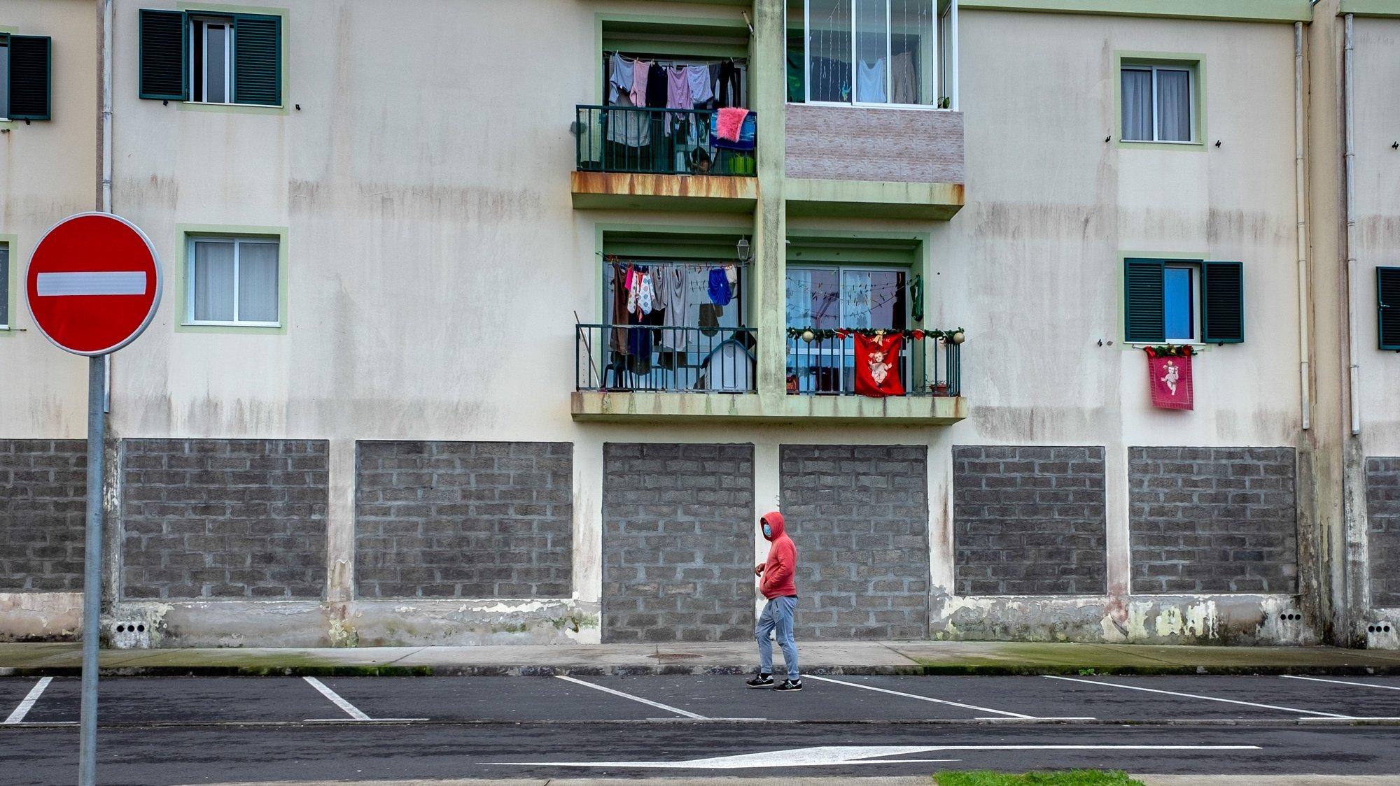"""No primeiro dia sem cerca sanitária na Vila de Rabo de Peixe, a população volta a sair à rua, mas queixa-se do estigma de que é vítima, depois de ter estado fechada durante 10 dias, Rabo de Peixe, Ilha de São Miguel, Açores, 14 de dezembro de 2020. Rabo de Peixe esteve entre dia 03 e as 23:59 de domingo com uma cerca sanitária, tendo também sido testada a população da vila, numa ação descrita pela junta como uma """"megaoperação"""". EDUARDO COSTA/LUSA"""