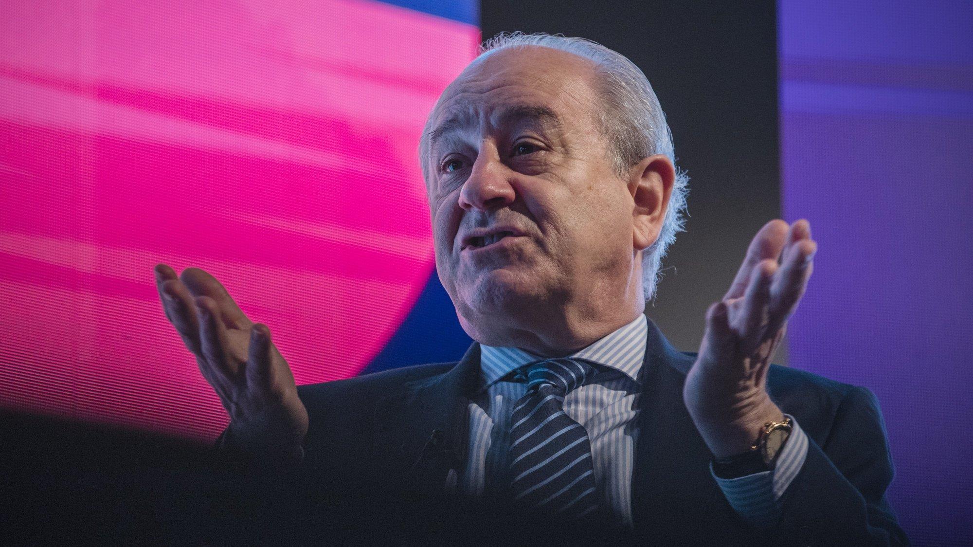 O presidente do PSD, Rui Rio, conversa com o presidente da ANJE - Associação Nacional de Jovens Empresários, Alexandre Meireles (ausente da foto), no âmbito do ciclo de conferências da  ANJE - PME's 2021, no Porto, 5 de julho de 2021. JOSÉ COELHO/LUSA