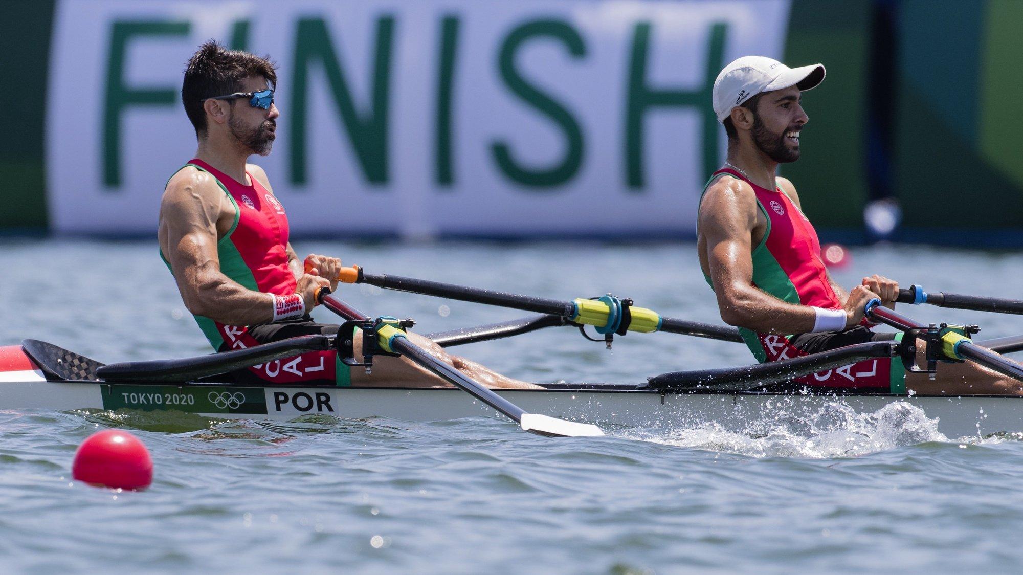 Os remadores portugueses Pedro Fraga (E) e Afonso Costa em ação durante a prova dos 2000 metros do double-scull ligeiro dos Jogos Olímpicos Tóquio2020, Japão, 29 de julho de 2021. JOSÉ COELHO/LUSA