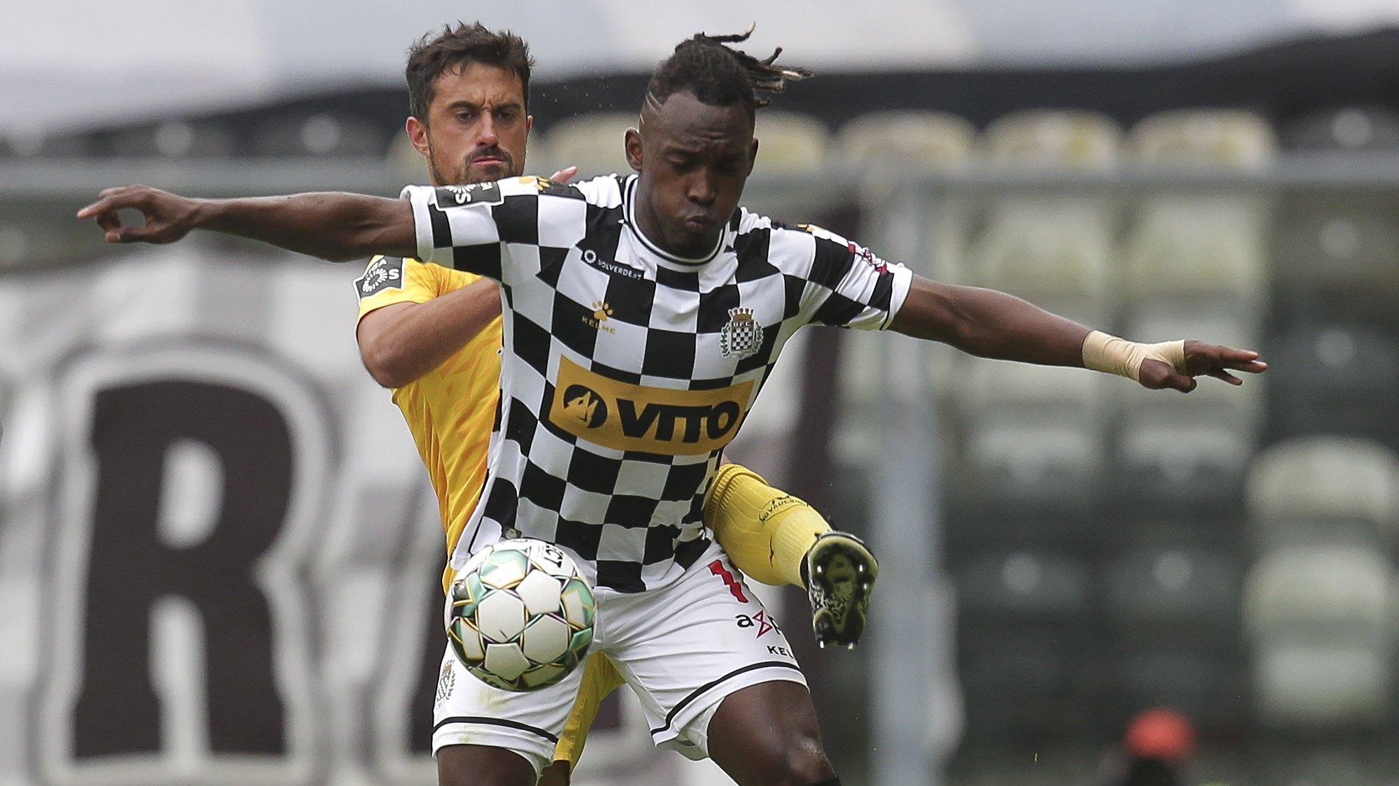 O jogador do Boavista Alberth Elis (D) disputa a bola com o jogador do Portimonense Maurício (E), durante o jogo da Primeira Liga de Futebol entre o Boavista e o Portimonense, realizado no Estádio do Bessa, no Porto, 15 de maio de 2021. MANUEL FERNANDO ARAÚJO/LUSA