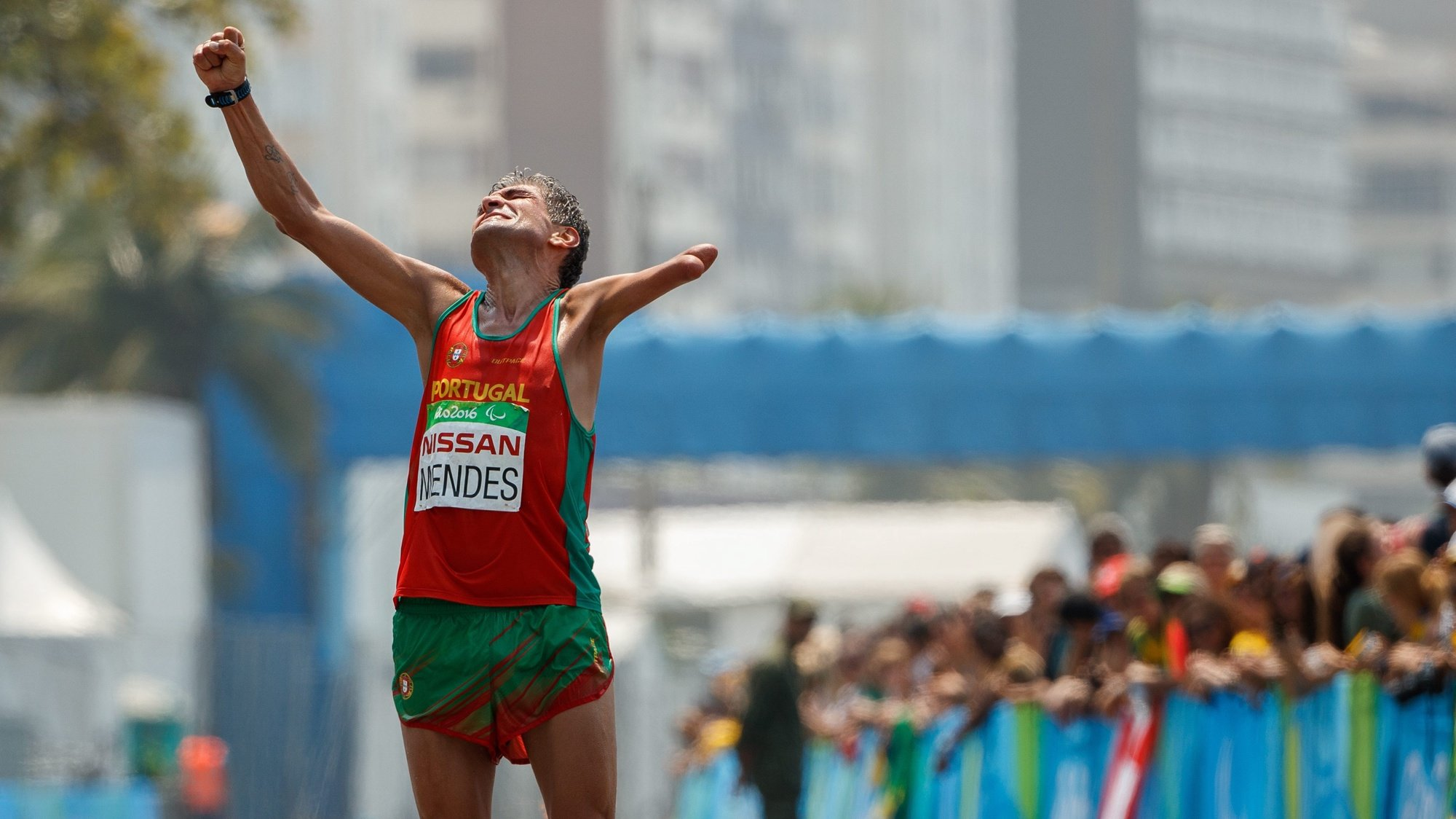 epa05546482 Manuel Mendes of Portugal finishes with a Bronze Medal in the Men's T46 Marathon during the Rio 2016 Paralympic Games, at Fort Copacabana in Rio de Janeiro, Brazil, 18 September 2016.  EPA/AL TIELEMANS for OIS/IOC  HANDOUT EDITORIAL USE ONLY/NO SALES