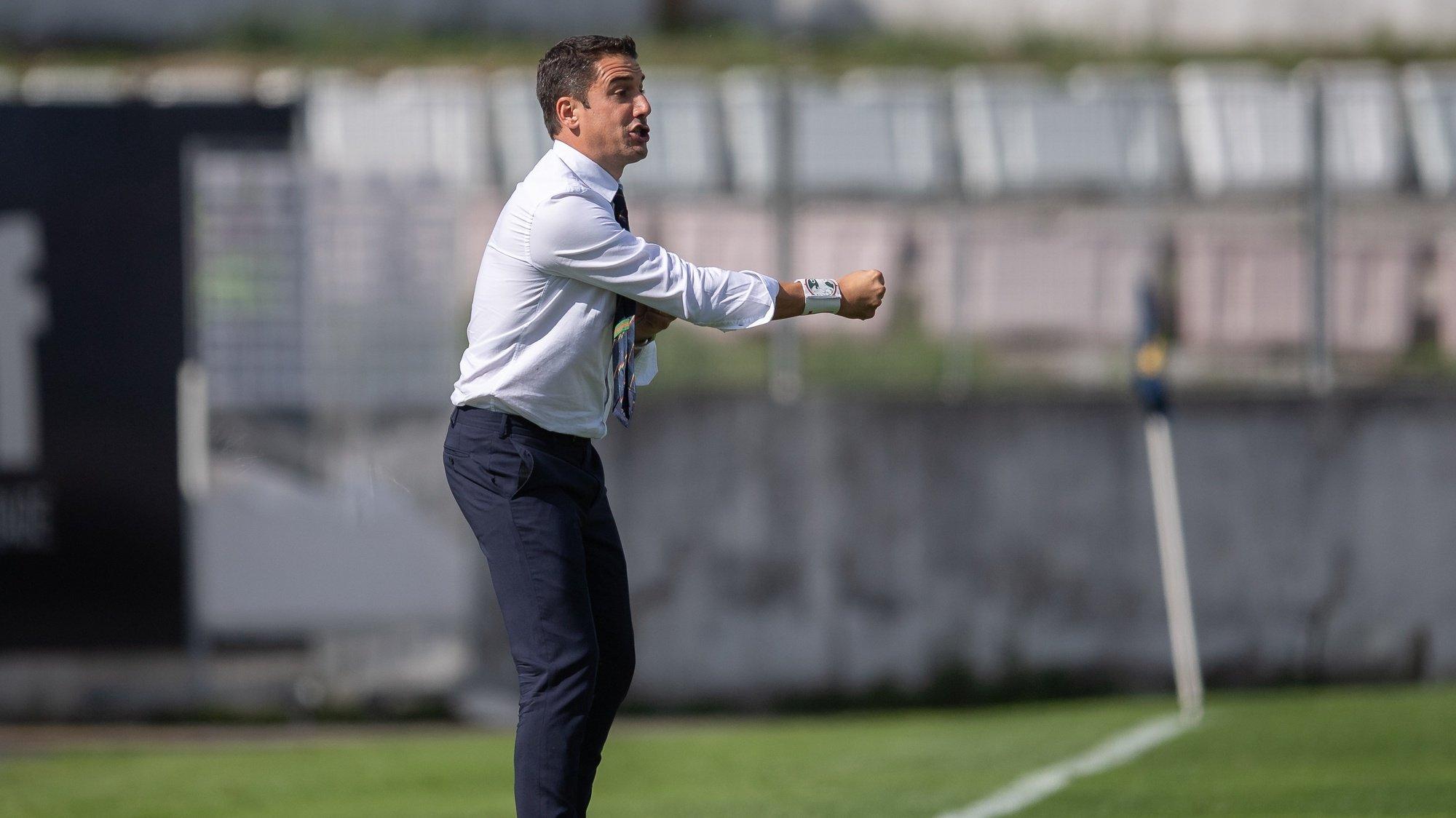 O jogador do Marítimo, Julio Velázquez, dá indicacoes aos seus jogadores durante o jogo da 6.ª jornada da Primeira Liga de futebol contra o Famalicão disputado no estádio Municipal de Famalicão, 18 de setembro de 2021. RUI MANUEL FARINHA / LUSA