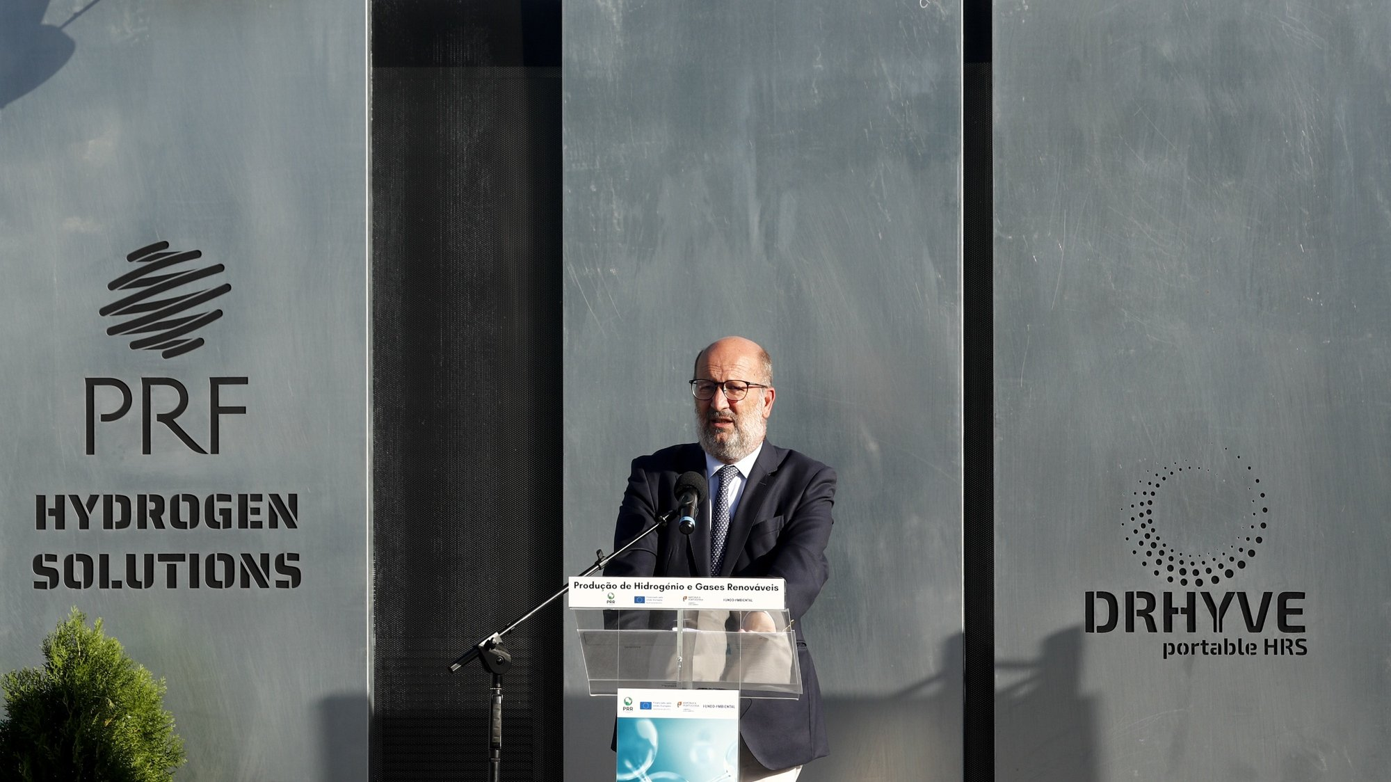"""O ministro do Ambiente e da Ação Climática, João Pedro Matos Fernandes (D),intervém durante a cerimónia de apresentação do aviso """"Apoio à produção de hidrogénio renovável e outros gases renováveis"""", lançado no âmbito do Plano de Recuperação e Resiliência (PRR), em Cascais, 28 de setembro de 2021. ANTÓNIO COTRIM/LUSA"""