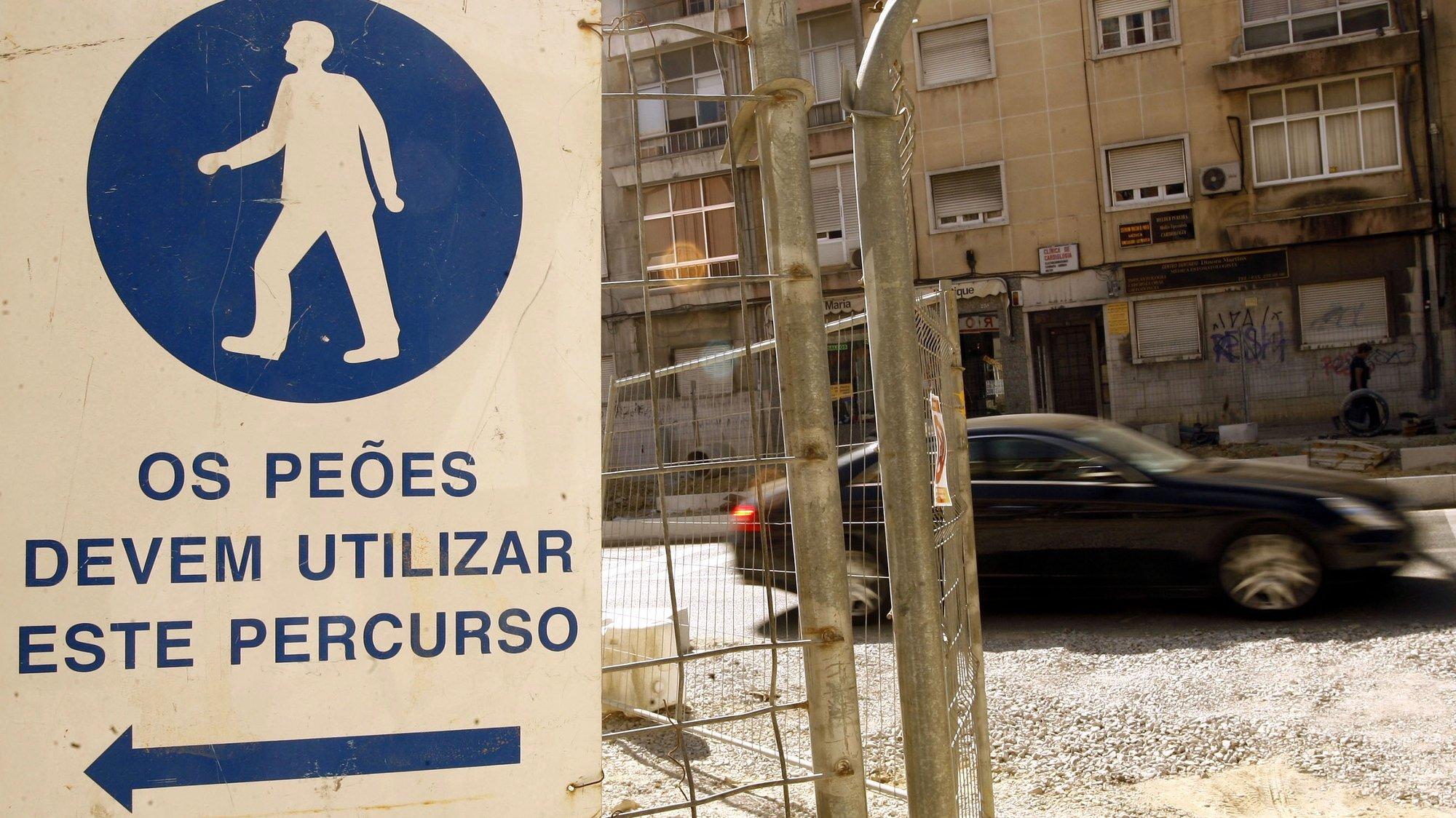 Uma das avenidas de Almada, que se encontram em obras de saneamento para preparação da passagem do novo metro, hoje 10 de Agosto de 2007. TIAGO PETINGA/LUSA
