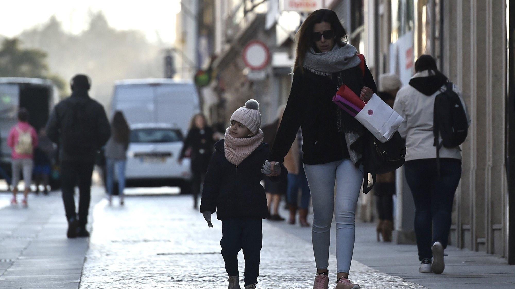 Populares protegem-se do frio durante a vaga de frio que está a atingir o país, em Viseu, 07 de fevereiro de 2018. O território de Portugal continental está todo sob aviso amarelo por persistência de valores baixos da temperatura mínima até ao início do dia de quinta-feira. NUNO ANDRÉ FERREIRA/LUSA