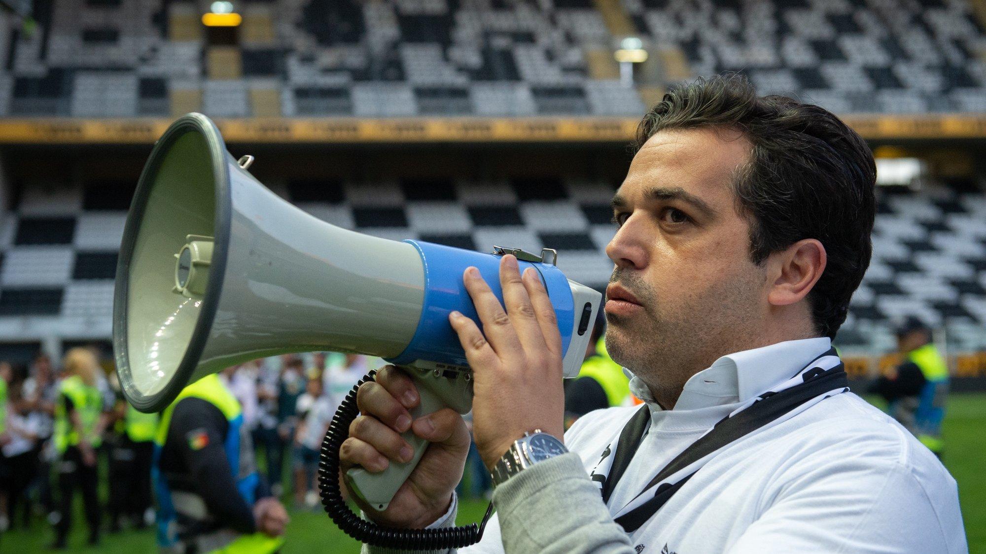 Vitor Murta, presidente do Boavista, fala aos adpetos após invasão do relvado no final do jogo da Primeira Liga de Futebol com o Sporting de Braga disputado no Estádio do Bessa, Porto, 11 de maio de 2019.  RUI FARINHA/LUSA
