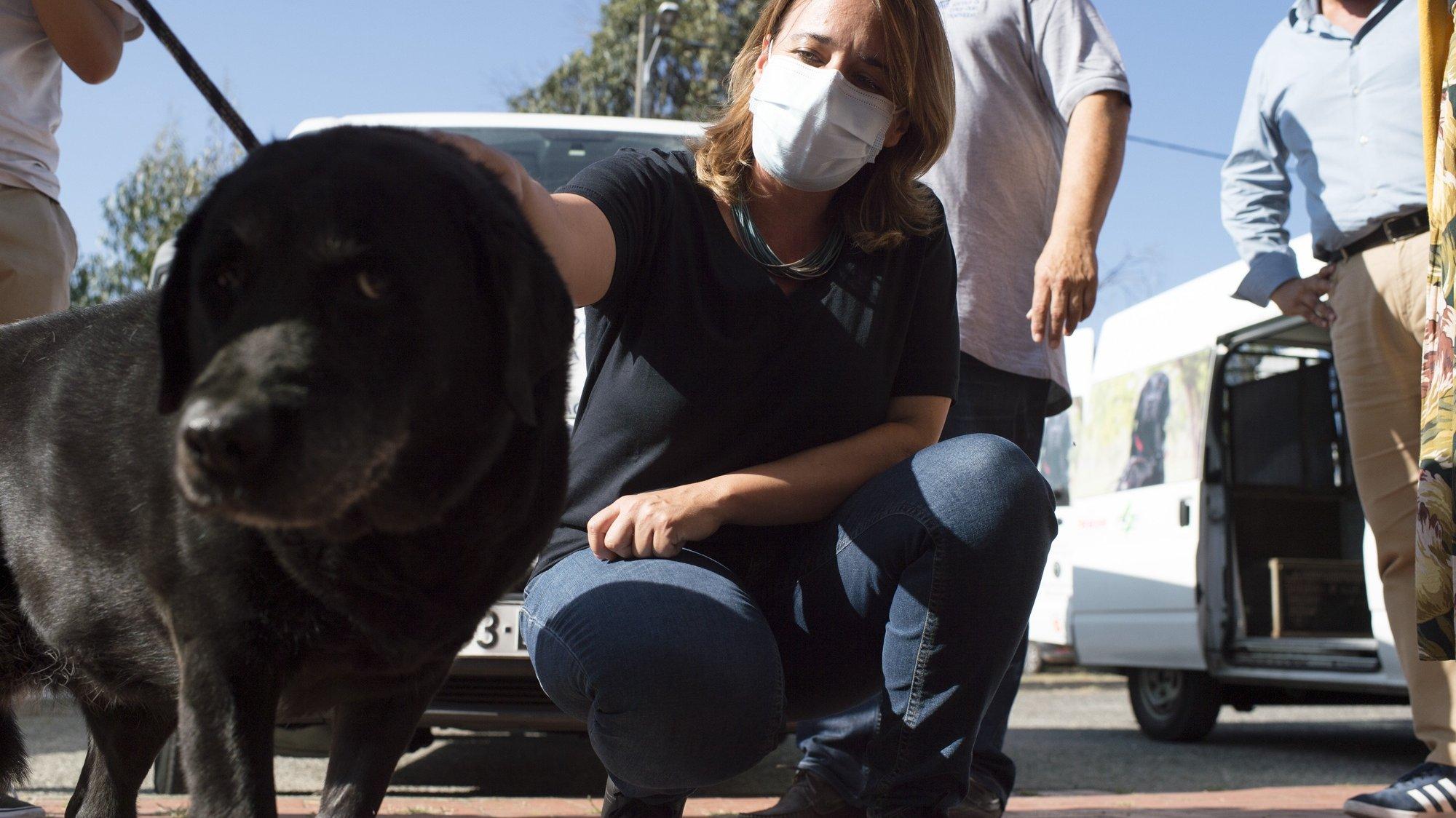 A coordenadora do Bloco de Esquerda (BE), Catarina Martins, esta tarde durante uma visita à escola de cães-guia para cegos em Chão de Vento, Mortágua, 26 de agosto de 2021. NUNO ANDRÉ FERREIRA/LUSA.