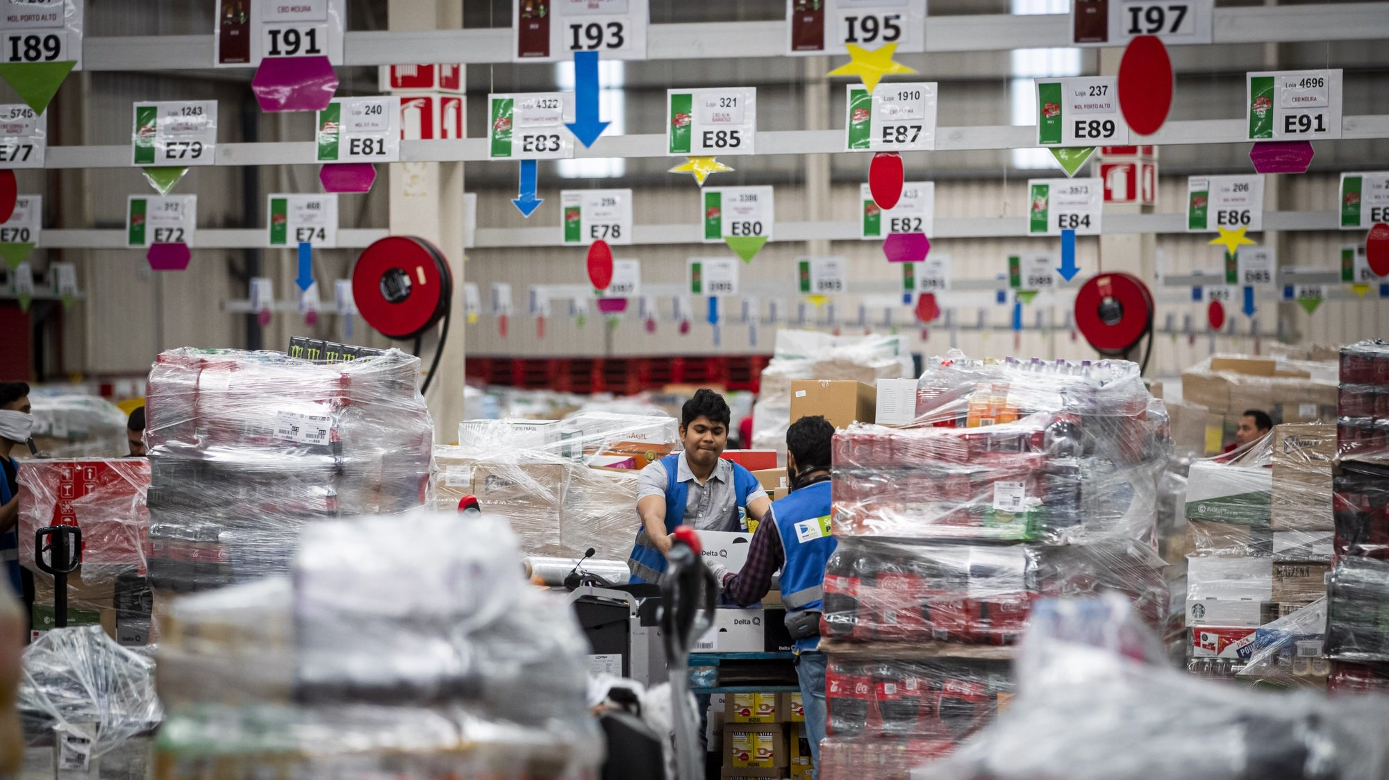 Funcionários do centro de distribuição da Sonae, na Azambuja, trabalham de forma contínua no processamento de encomendas para distribuir pelas lojas da empresa em pleno estado de emergência no país devido à pandemia da covid-19, Azambuja, 26 de março de 2020.  (ACOMPANHA TEXTO DE 27/03/2020) JOSÉ SENA GOULÃO/LUSA