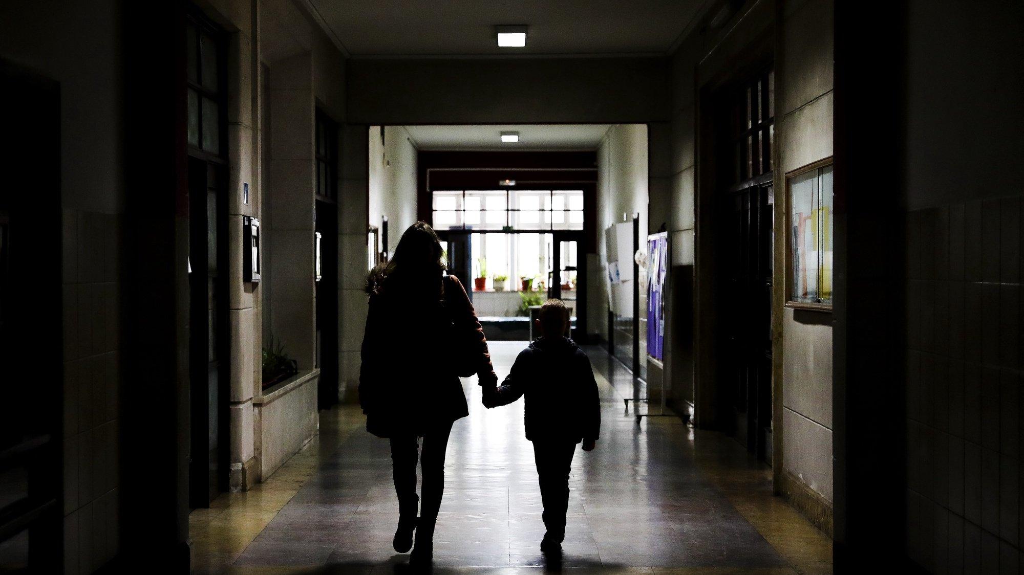 Natalia Kozak (E) mãe de Taras (D), um menino de 6 anos chega à Escola Básica (EB) Nuno Gonçalves, Lisboa, 6 de abril de 2020.  A EB Nuno Gonçalves é uma das cerca de 800 escolas que, ao abrigo do decreto do governo, se mantiveram a funcionar para os pais que, em situações especiais, necessitam de um estabelecimento onde deixar os filhos. A medida foi pensada sobretudo para as famílias mais carenciadas e para os filhos dos profissionais da área hospitalar e de emergência, como médicos, enfermeiros ou polícias. ( ACOMPANHA TEXTO DO DIA 8 DE ABRIL DE 2020). JOÃO RELVAS/LUSA