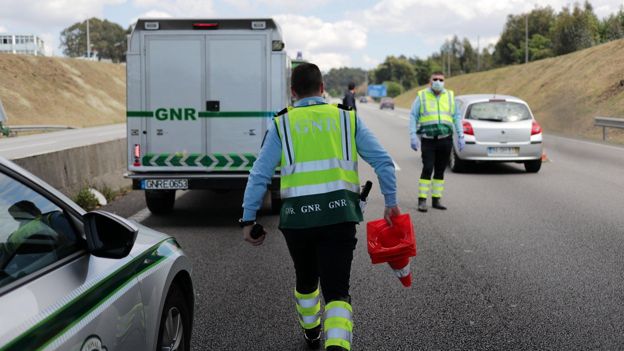 Agentes da Guarda Nacional Republicana (GNR) fazem uma operação Stop de sensibilização para o cumprimento do dever geral de isolamento devido à pandemia covid-19, com corte da Autoestrada A4 junta às portagens de Ermesinde, Valongo, 03 abril 2020. Em Portugal, registaram-se 246 mortes e 9.886 infeções confirmadas, segundo o balanço feito hoje pela Direção-Geral da Saúde (DGS).  ESTELA SILVA/LUSA