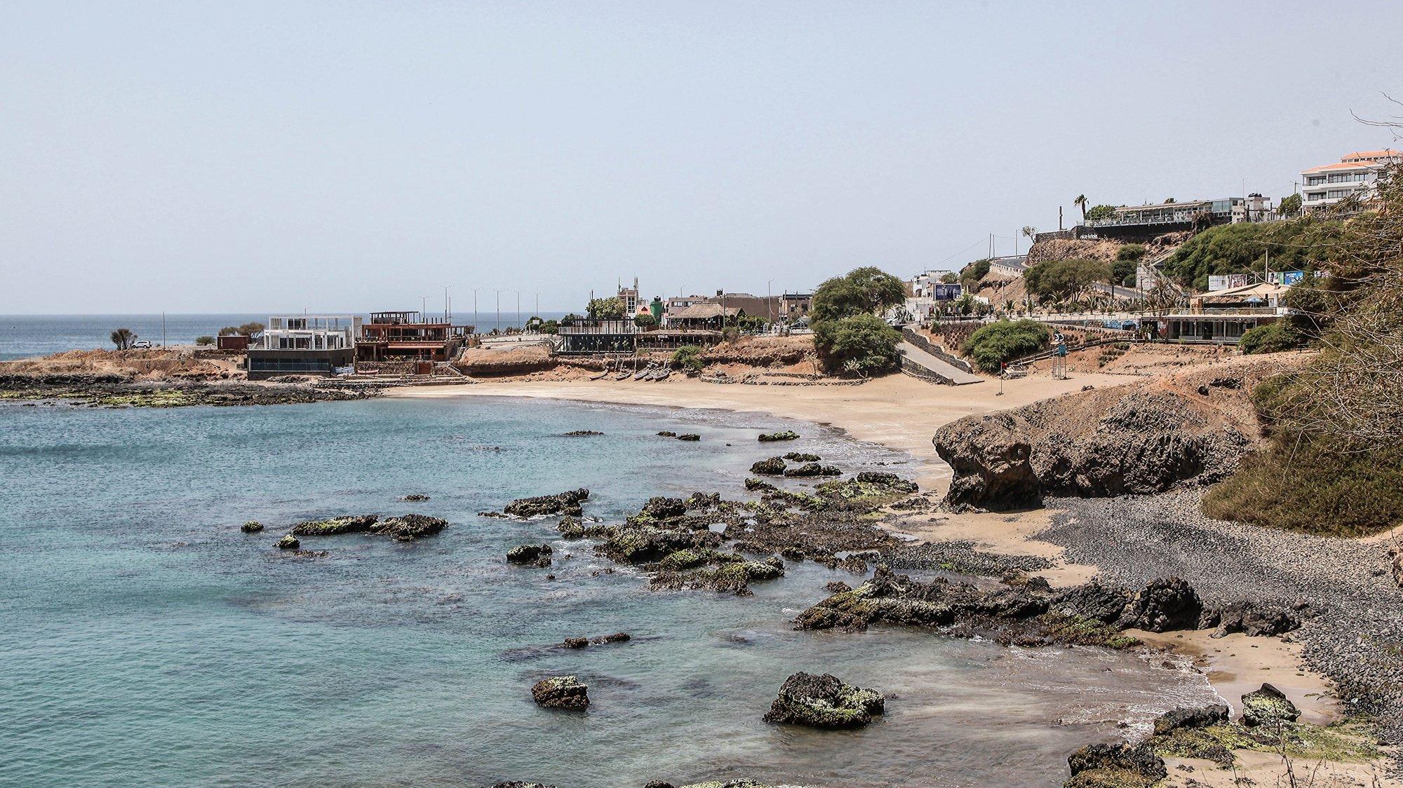 Praias da cidade da Praia encontram-se vedadas a banhistas depois da proibição balnear decretada pelo Governo como prevenção à pandemia da covid-19, em Cabo Verde, 22 de março de 2020. Cabo Verde já regista três casos da covid-19, provocada por um novo coronavírus, mas todos localizados na ilha da Boa Vista, que está de quarentena. FERNANDO DE PINA/LUSA