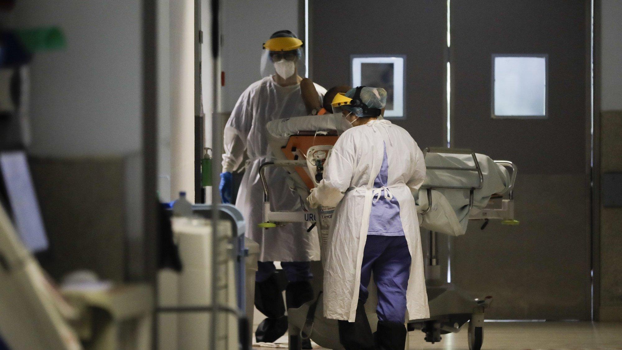 Profissionais de saúde levam um paciente internado na urgência do Hospital Geral dos Covões transformado numa unidade dedicada a doentes covid-19, onde funciona a Urgência, Cuidados Intensivos e Enfermaria de Cuidados Intermédios , 22 maio 2020 em Coimbra. (ACOMPANHA TEXTO DO DIA 25 MAIO 2020).   PAULO CUNHA /LUSA