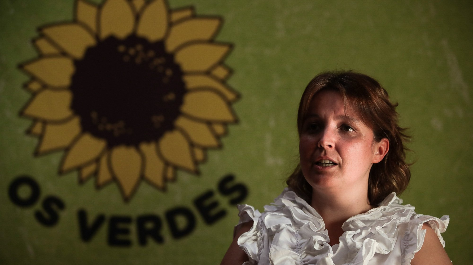 """A deputada do Partido Ecologista """"Os Verdes"""" (PEV), Mariana Silva, no final da reunião do conselho nacional para análise da situação eco política, onde se inclui o Orçamento do Estado Suplementar, e propostas a apresentar, e delinear a ação e intervenção ecologista, em Lisboa, 20 de junho de 2020. MÁRIO CRUZ/LUSA"""