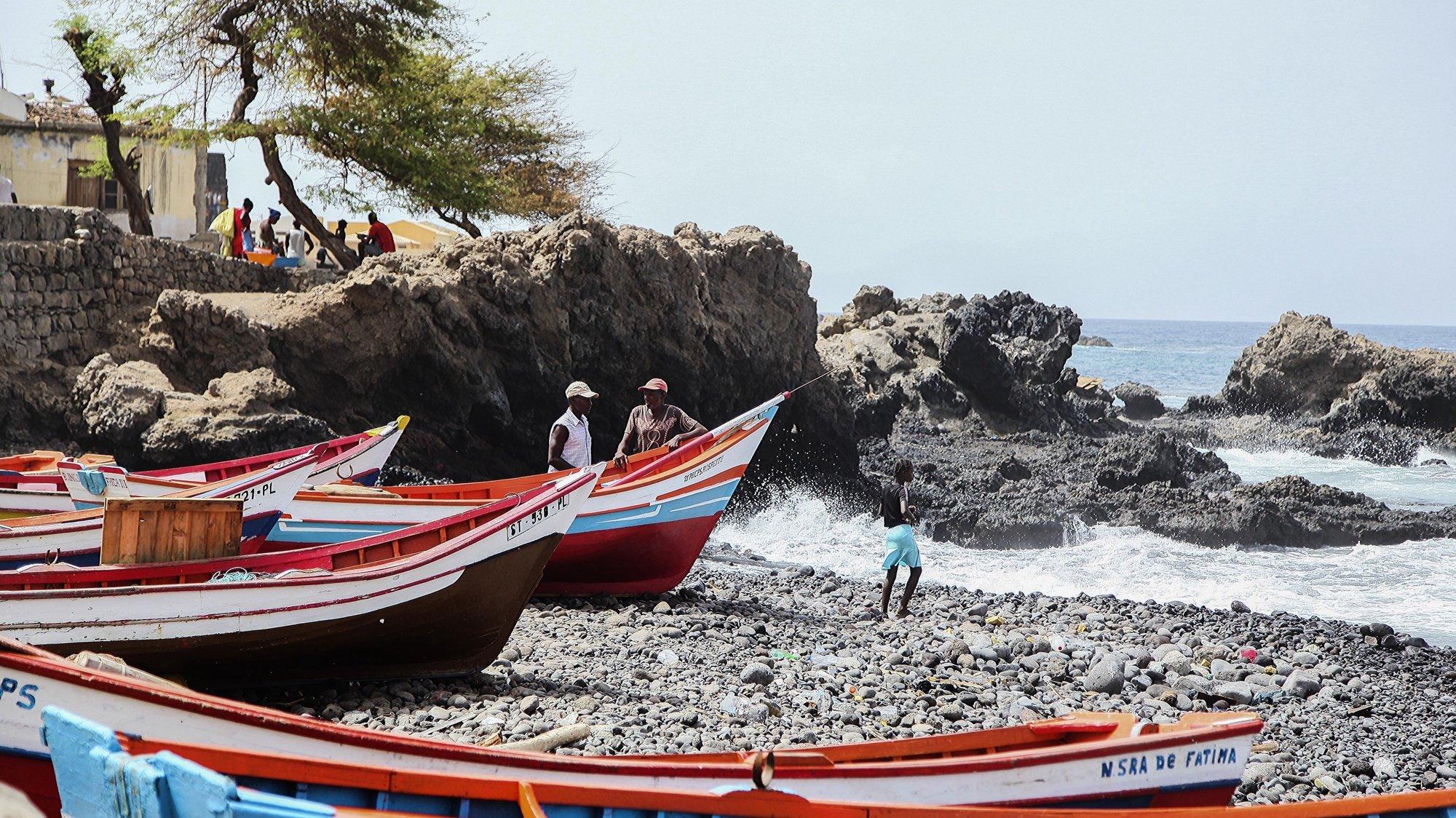 Pescadores conversam junto aos barcos na praia de Porto Mosquito, na ilha de Santiago, Cabo Verde, 15 de julho de 2020. Os pescadores da localidade de Porto Mosquito, no concelho da Ribeira Grande de Santiago, em Cabo Verde, lutam contra a pandemia do novo coronavírus e querem voltar a ter peixes em abundância nas suas redes. (ACOMPANHA TEXTO DA LUSA DO DIA 19 DE JULHO DE 2020). FERNANDO DE PINA/LUSA