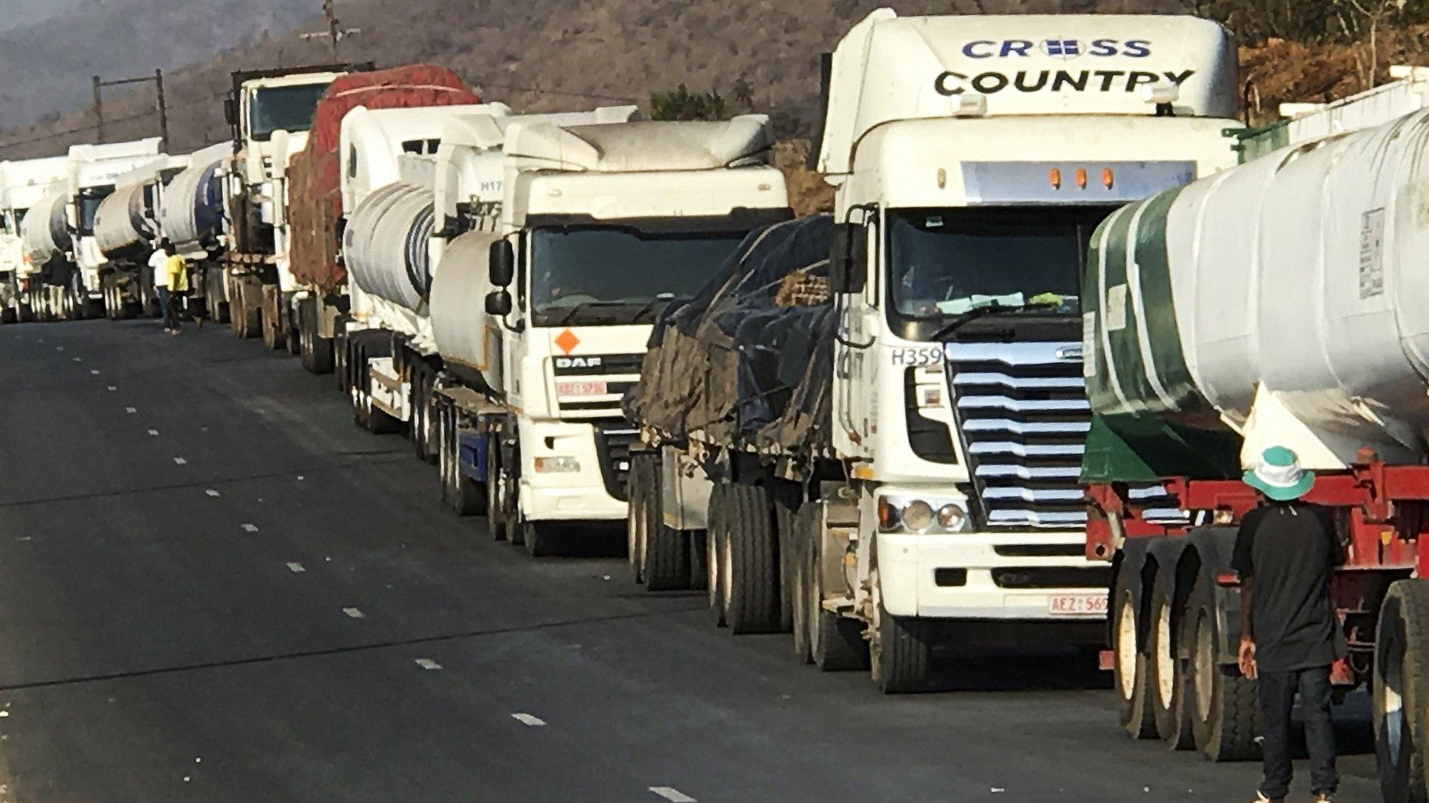 Camiões estacionados à beira da estrada na fronteira de Machipanda, a principal terrestre entre Moçambique e Zimbabué - ligando o porto da Beira, no Oceano Índico, aos países africanos do interior, em Manica, Moçambique, 02 de setembro de 2020. Cerca de 200 camionistas atravessam por dia a fronteira de Machipanda segundo dados dos Serviços de Migração de Manica. Um grupo de 245 camionistas já foram colocados em quarentena em Manica, após estarem em países de risco e manifestarem sintomas leves, durante o primeiro Estado de Emergência que terminou em julho. (ACOMPANHA TEXTO DA LUSA DO DIA 05 DE SETEMBRO DE 2020). ANDRÉ CATUEIRA/LUSA