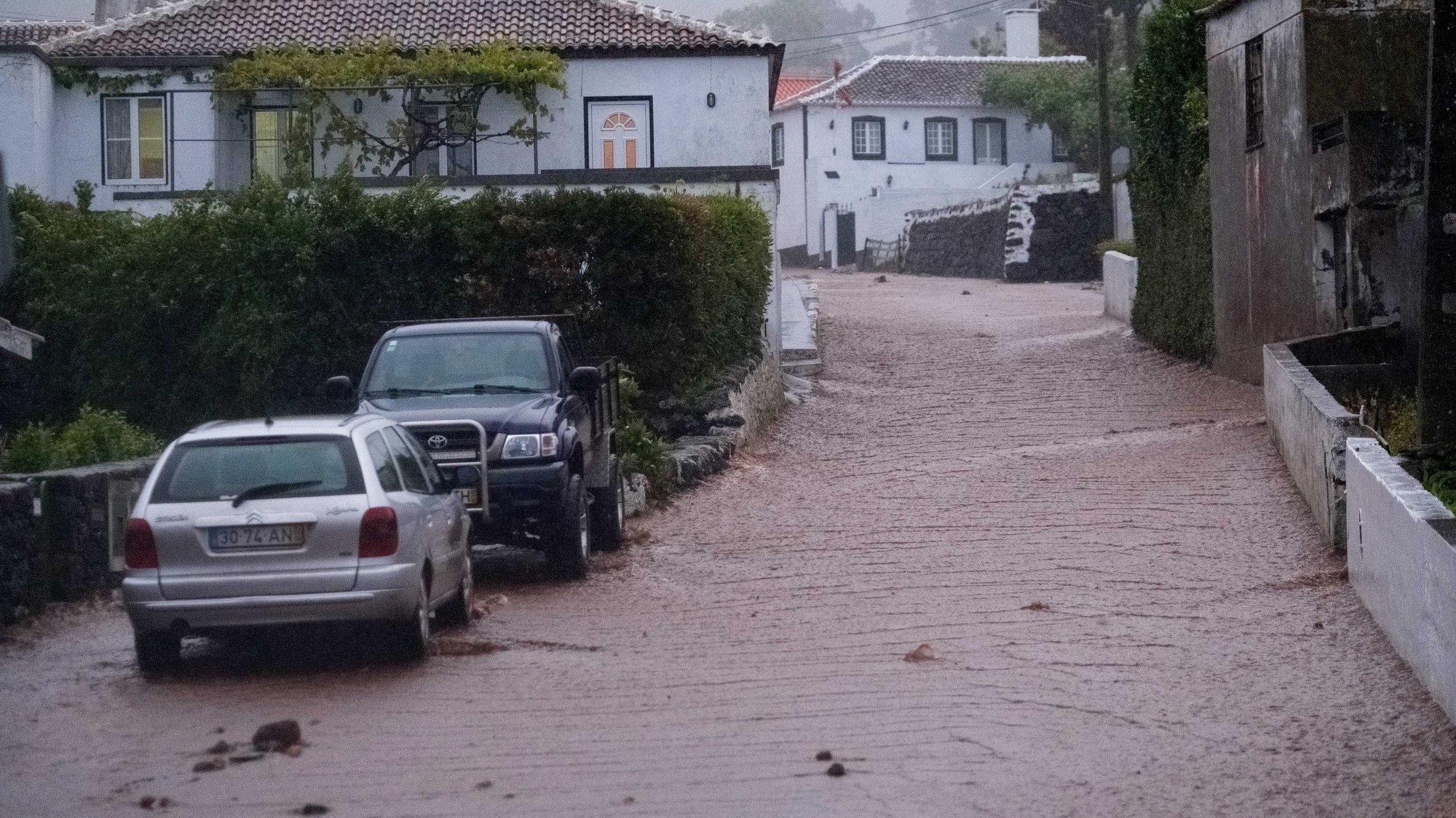 Nove pessoas tiveram de ser realojadas na ilha Terceira, no domingo, devido ao mau tempo que está a afetar os grupos central e oriental dos Açores, informou o Serviço Regional de Proteção Civil e Bombeiros dos Açores (SRPCBA)., 17 de junho de 2019. ANTÓNIO ARAÚJO/LUSA