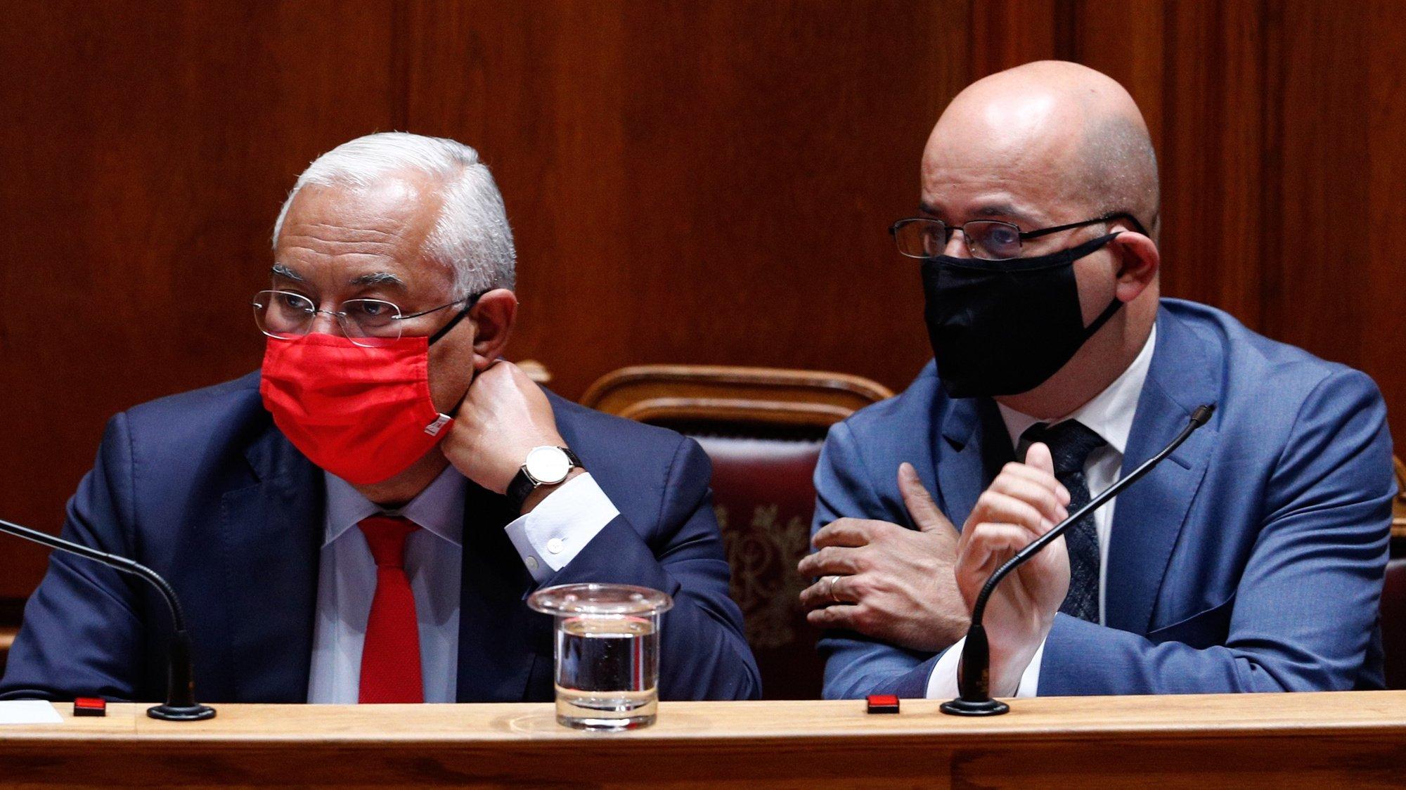 O primeiro-ministro, António Costa (E), ladeado pelo ministro de Estado e das Finanças, João Leão (D), durante o debate parlamentar de discussão na generalidade do Orçamento do Estado para 2021 (OE2021), na Assembleia da República, em Lisboa, 27 de outubro de 2020. ANTÓNIO COTRIM/LUSA