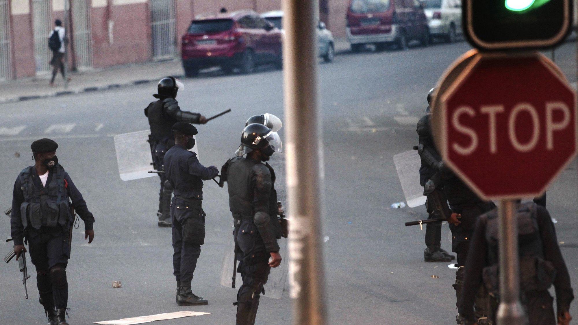 A polícia angolana dispersou hoje com gás lacrimogéneo cerca de uma centena de jovens que se encontravam concentrados em frente ao Tribunal Provincial de Luanda e bloquearam as ruas de acesso ao edifício. Este é o segundo dia em que o espaço circundante do tribunal, o Palácio Dona Ana Joaquina, na baixa de Luanda, é ocupado por jovens que exigem a libertação dos manifestantes detidos no sábado, e prometiam manter-se no local até à noite. Luanda, Angola. 27 de outubro de 2020. AMPE ROGÉRIO/LUSA
