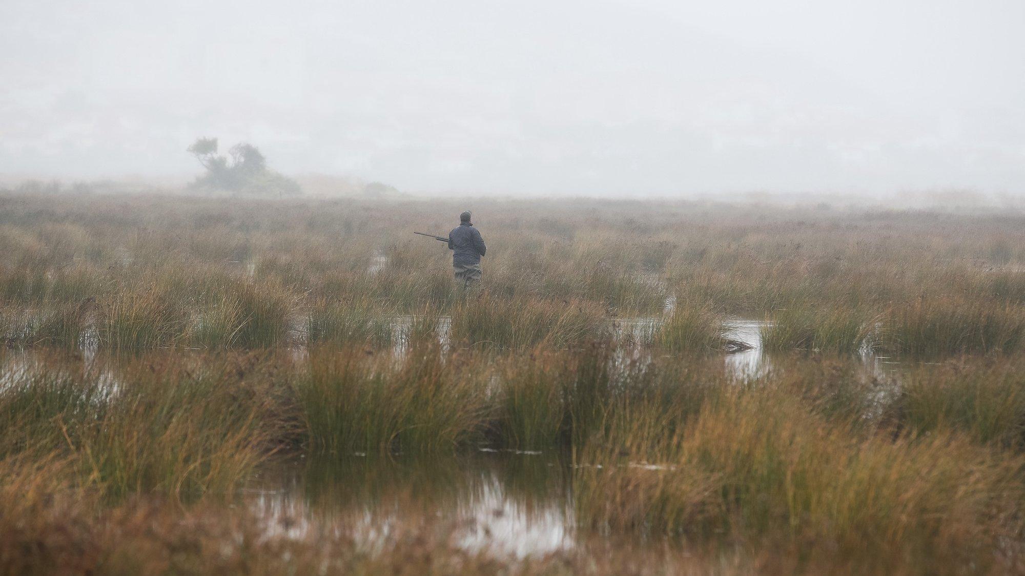 Um caçador durante uma caçada ao pato, na ilha da Morraceira, junto à Figueira da Foz, Coimbra, 20 de agosto de 2020. A pandemia de covid-19 não afetou a caça ao pato no estuário do rio Mondego, mas os convívios realizados pelos caçadores no final das caçadas deixaram de suceder devido ao novo coronavírus. (ACOMPANHA TEXTO DE 21 DE AGOSTO DE 2020). PAULO NOVAIS/LUSA