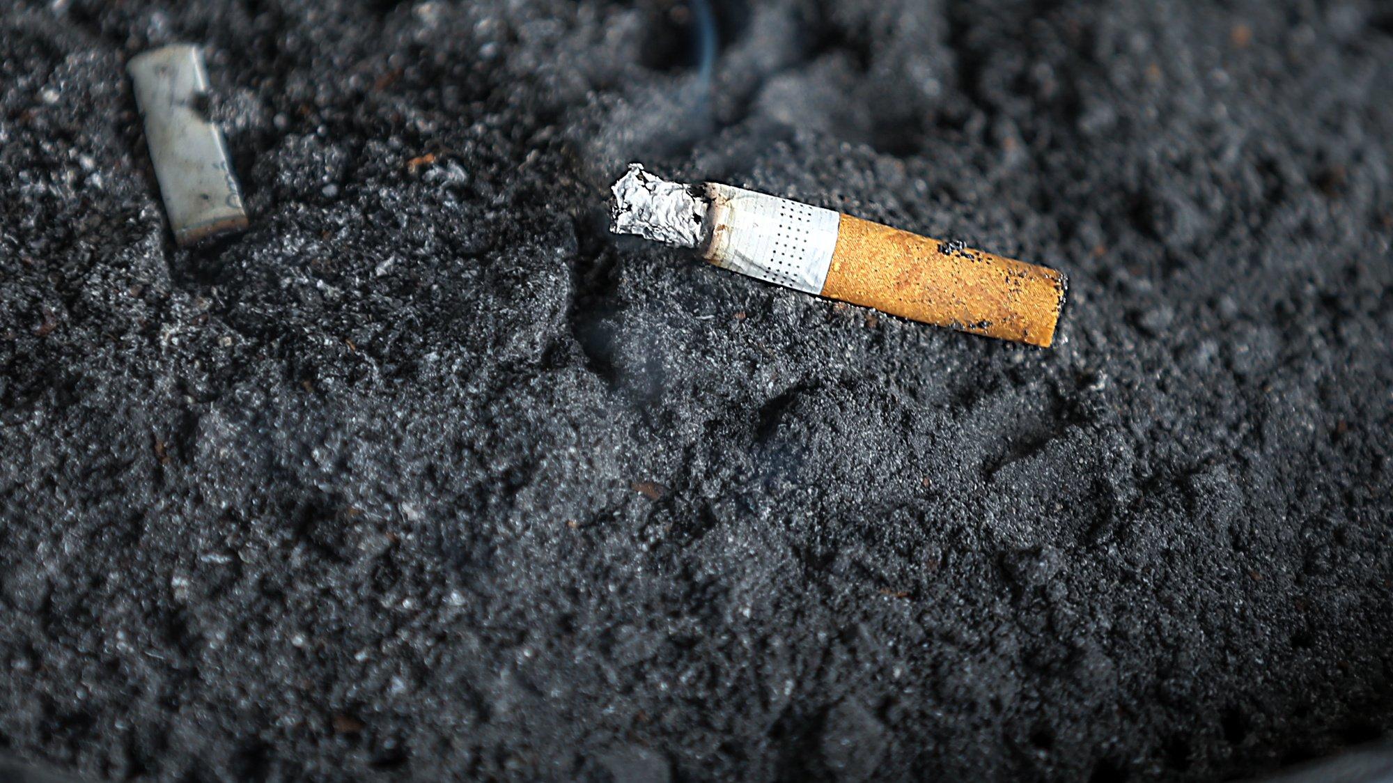 Cinzeiro público com um cigarro, 15 outubro 2019.  MANUEL DE ALMEIDA/LUSA