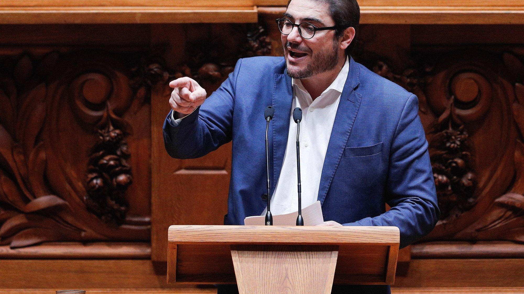 O líder parlamentar do Partido Comunista Português (PCP), João Oliveira, intervém, durante o debate sobre o pedido de autorização de renovação do estado de emergência na Assembleia da República, em Lisboa, 20 de novembro de 2020. ANTÓNIO COTRIM/LUSA