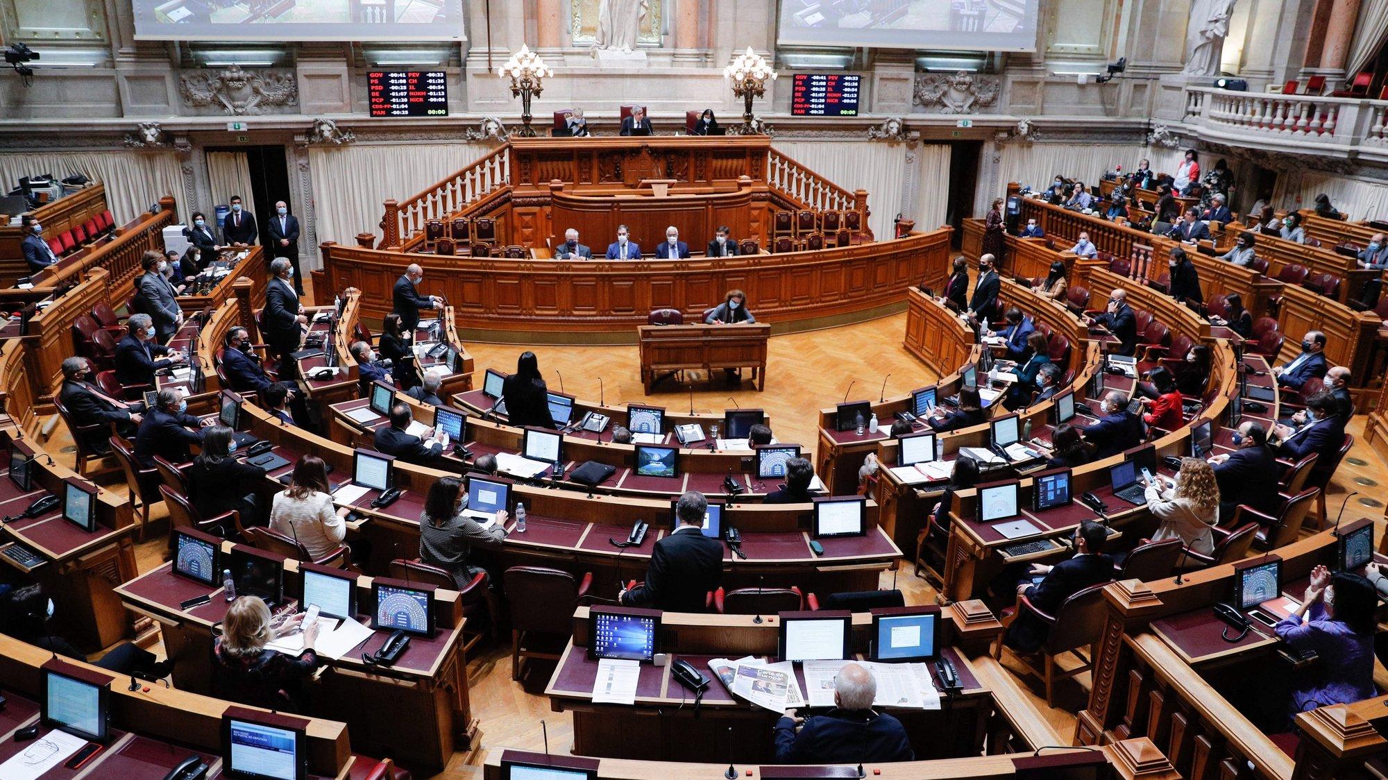 Deputados do Bloco de Esquerda (BE), do Partido Pessoas-Animais-Natureza (PAN) e do CDS-PP abstêm-se na votação do pedido de autorização de renovação do estado de emergência na Assembleia da República, em Lisboa, 20 de novembro de 2020. ANTÓNIO COTRIM/LUSA