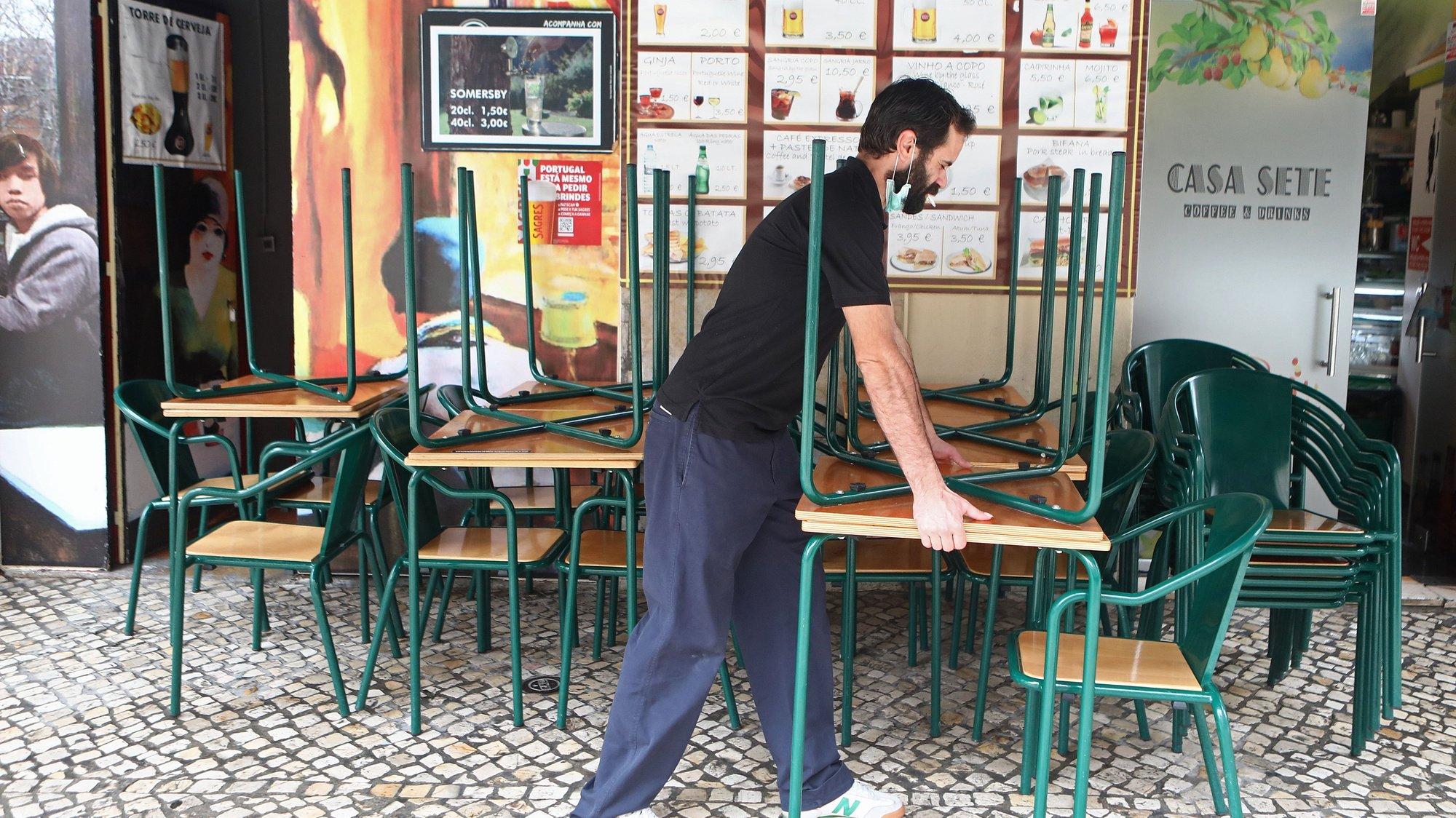 O funcionário de um restaurante encerra o espaço às 13h, horas do início do recolher obrigatório do estado de emergência no âmbito das medidas de contenção da covid-19, em Lisboa, 14 de novembro de 2020. Com 191 concelhos em risco em Portugal, o Conselho de Ministros decretou o encerramento de todos os estabelecimentos comerciais e restauração a partir das 13h00 até às 08h00 do dia seguinte, tanto no sábado como no domingo, para além do confinamento obrigatório para toda a população dos concelhos em risco a partir das 13h. ANTÓNIO PEDRO SANTOS/LUSA